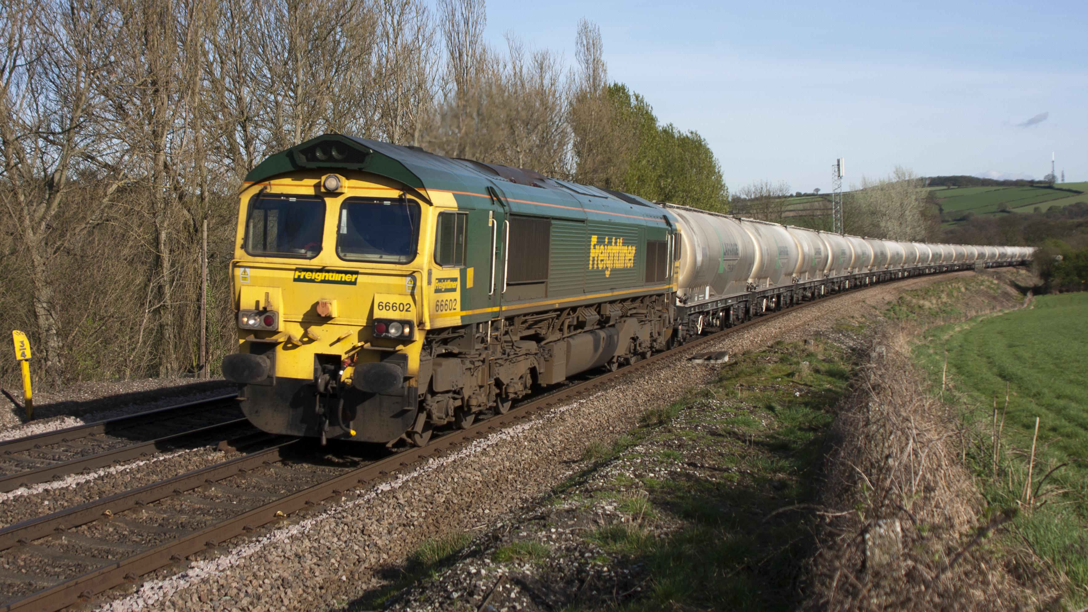 File:UK railway train, carrying cement -a.jpg - Wikimedia ... Railway