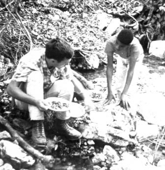 File:VSer Bruce Eash with club members panning for gold (11840961644).jpg