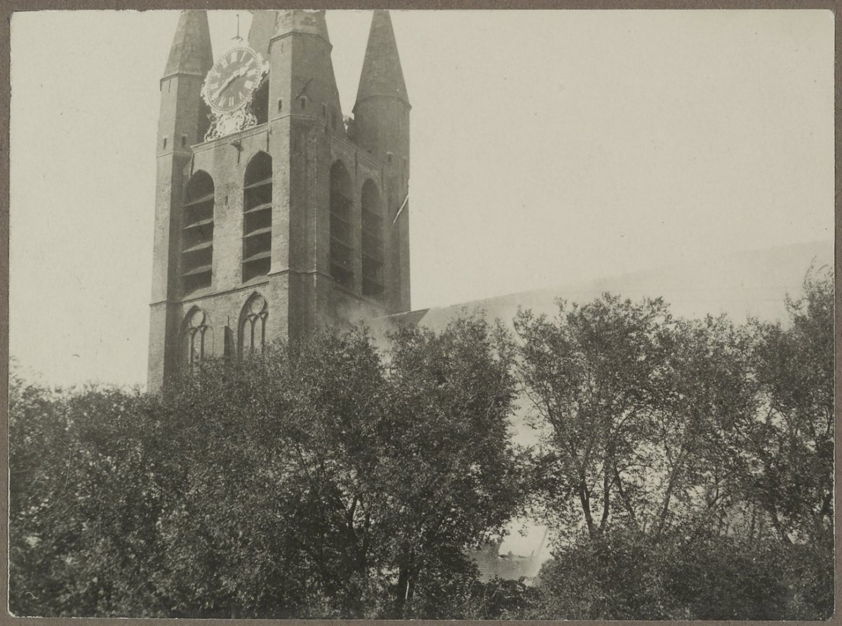 vanuit het zuidoosten tijdens brand - Delft - 20323231 - RCE.jpg Nederlands: Oude kerk: Zicht vanuit het zuidoosten tijdens brand Address Date September