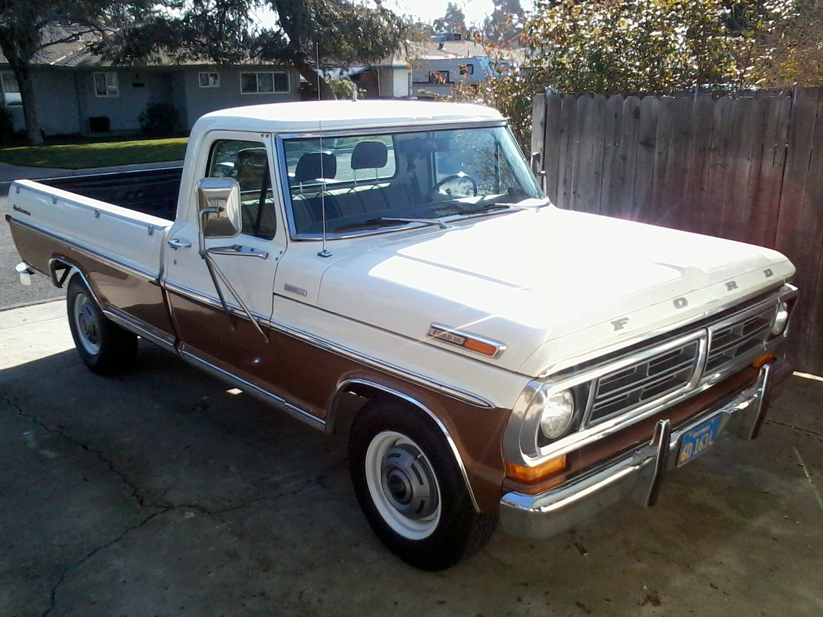 Description 1972 Ford F-250 Camper Special pickup.jpg