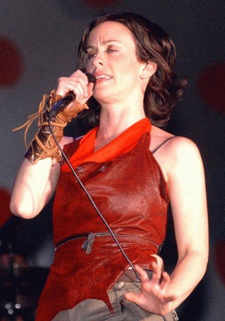 Radiohead salió de gira como teloneros de Alanis Morissette en agosto de 1996.