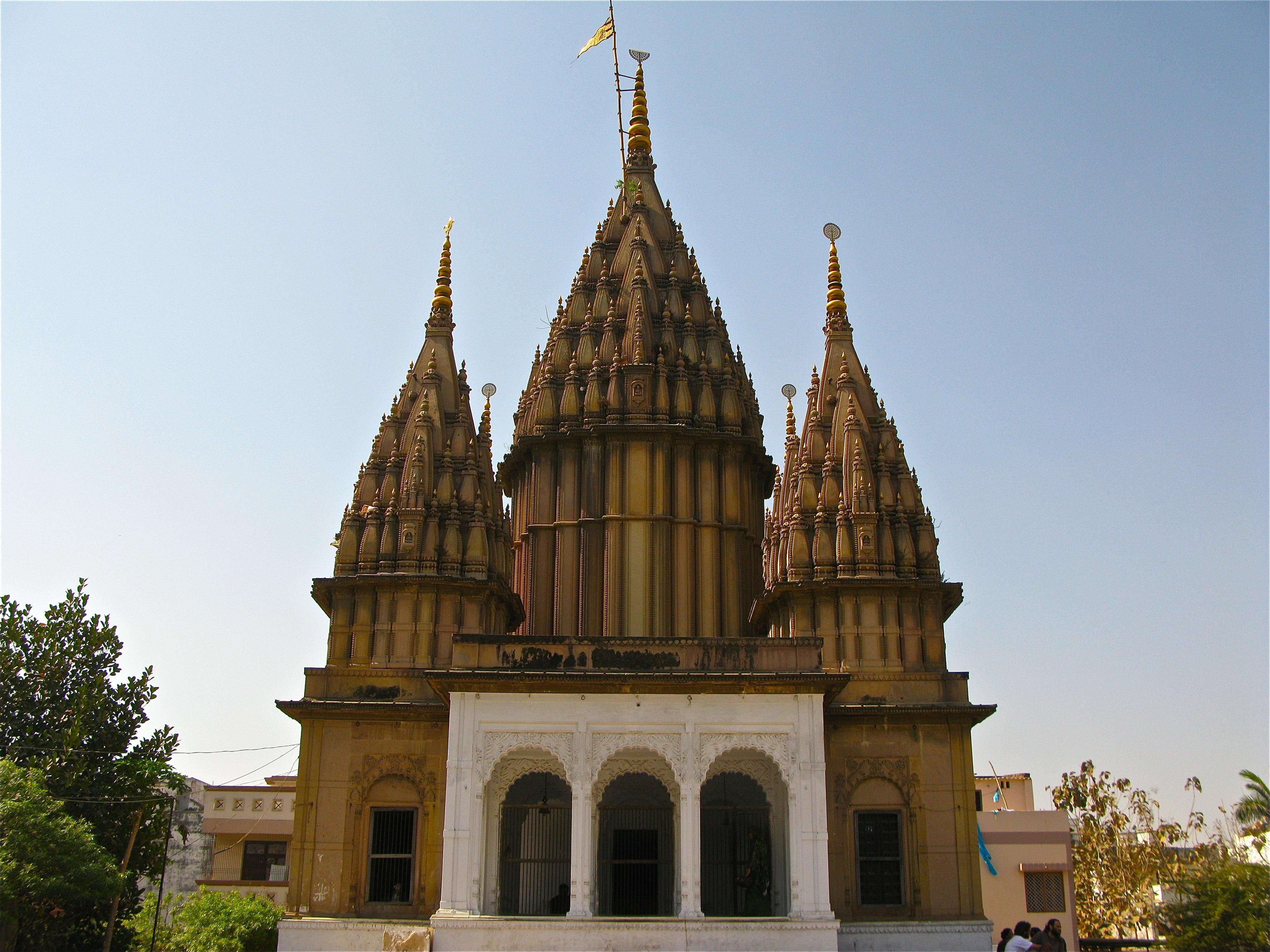 Download Description An old temple in Varanasi.jpg