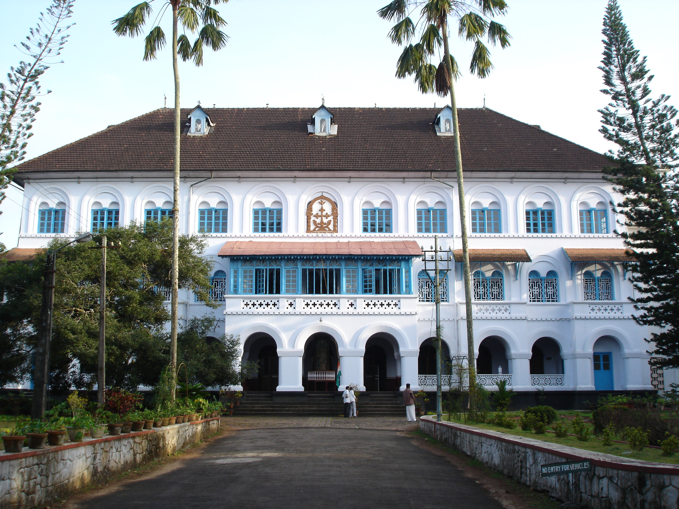 File:Archbishop's House, Changanassery, Kerala.jpg ...