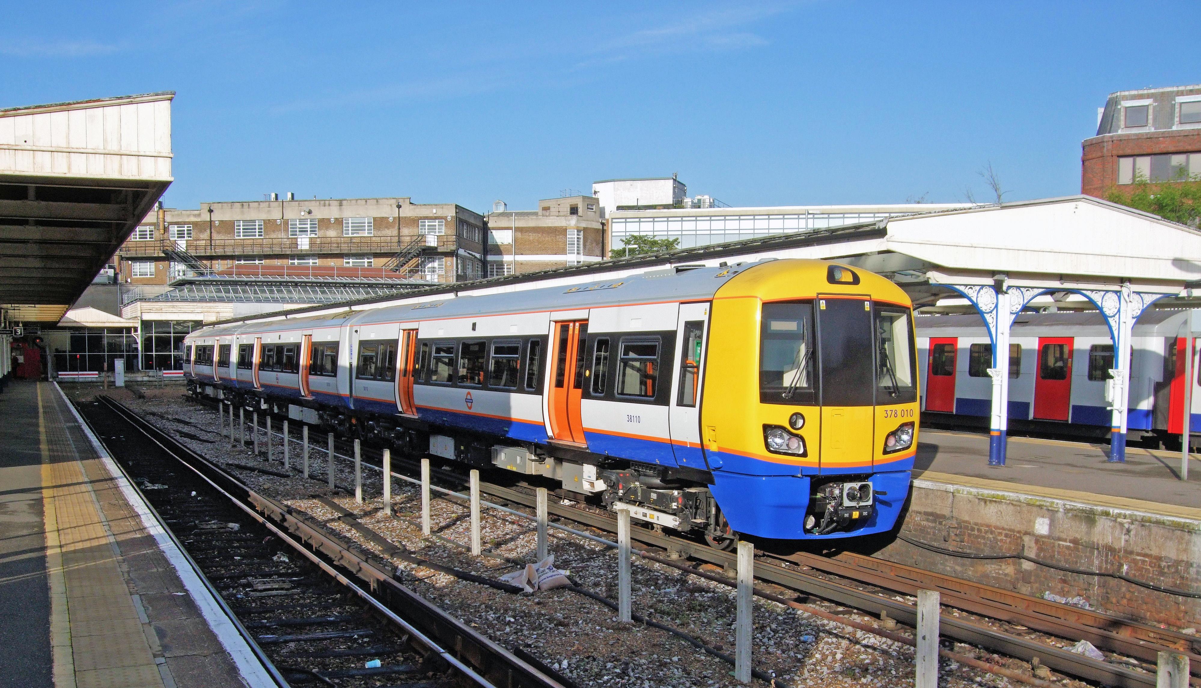 Train Lever In Lodon : File british rail class train in richmond station