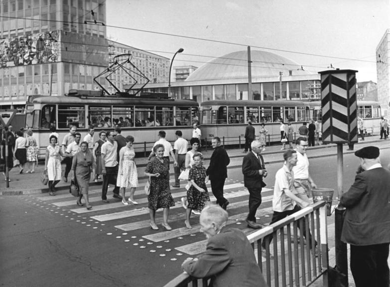 """Fußgängerüberweg mit """"Ampel"""" in der DDR 1964-1977"""