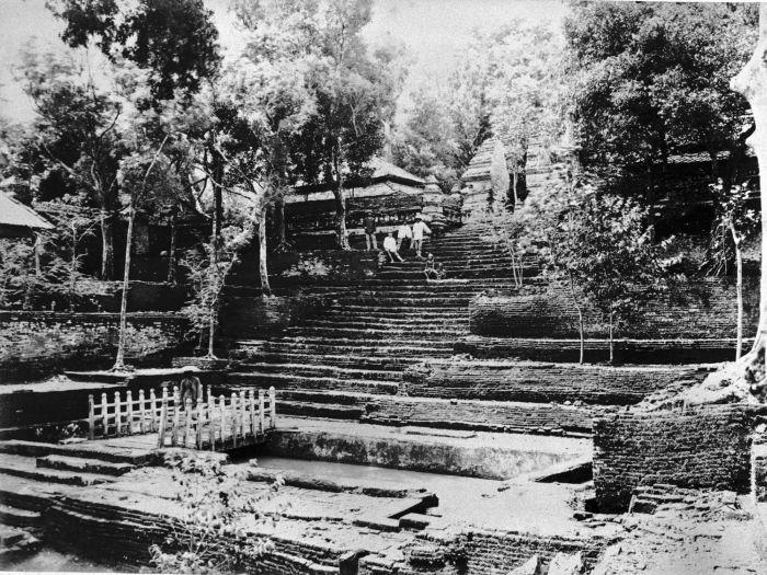 COLLECTIE_TROPENMUSEUM_De_ingang_van_het_graf_van_Sultan_Agung_op_de_begraafplaats_Imogiri_TMnr_60004750.jpg