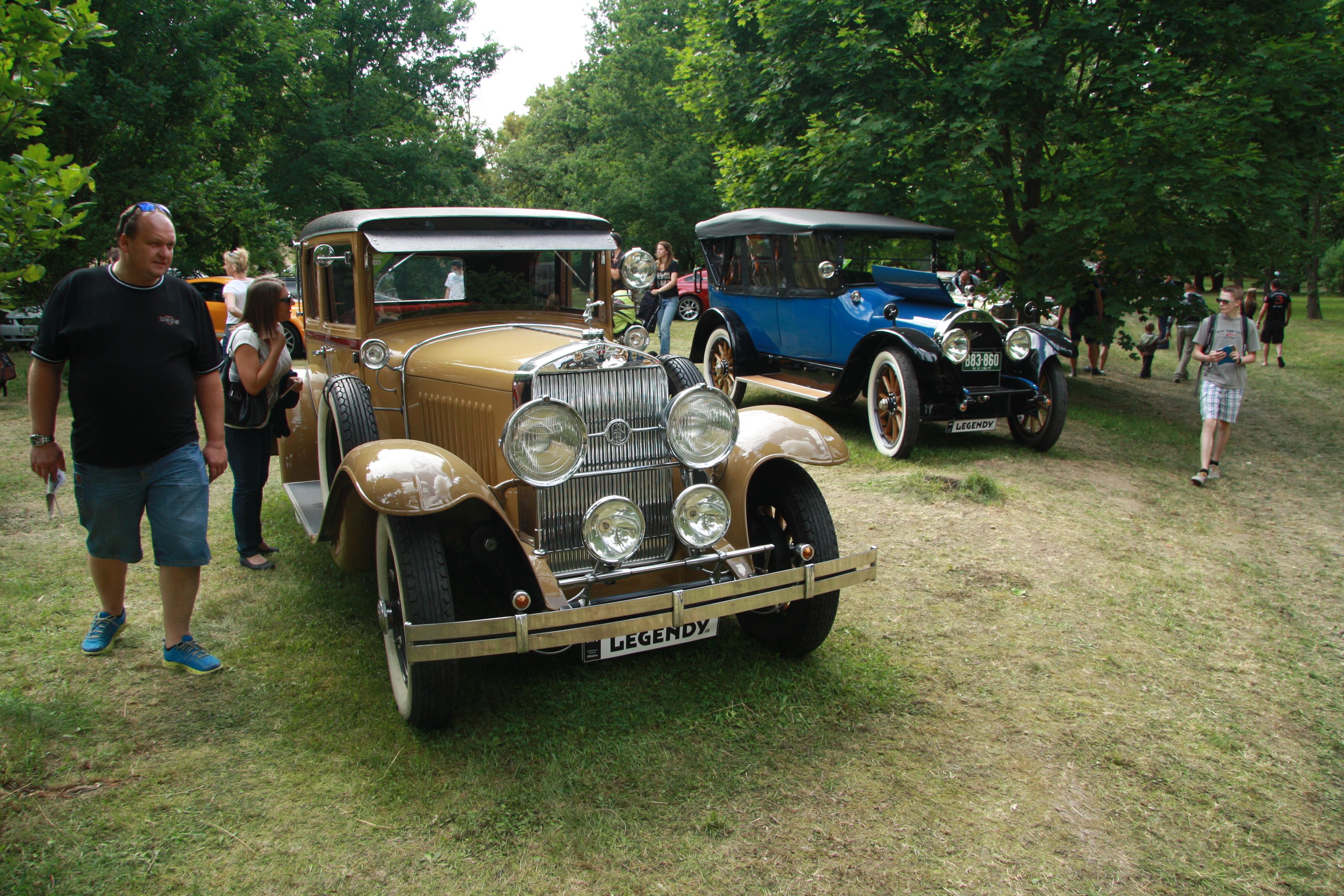File Cadillac Suburban 2 at Legendy 2014 JPG Wikimedia