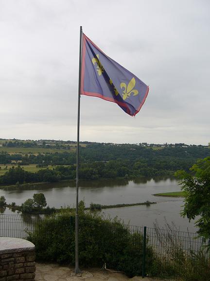 Drapeau de l'Anjou flottant sur l'éperon rocheux de Champtoceaux au-dessus de la Loire.