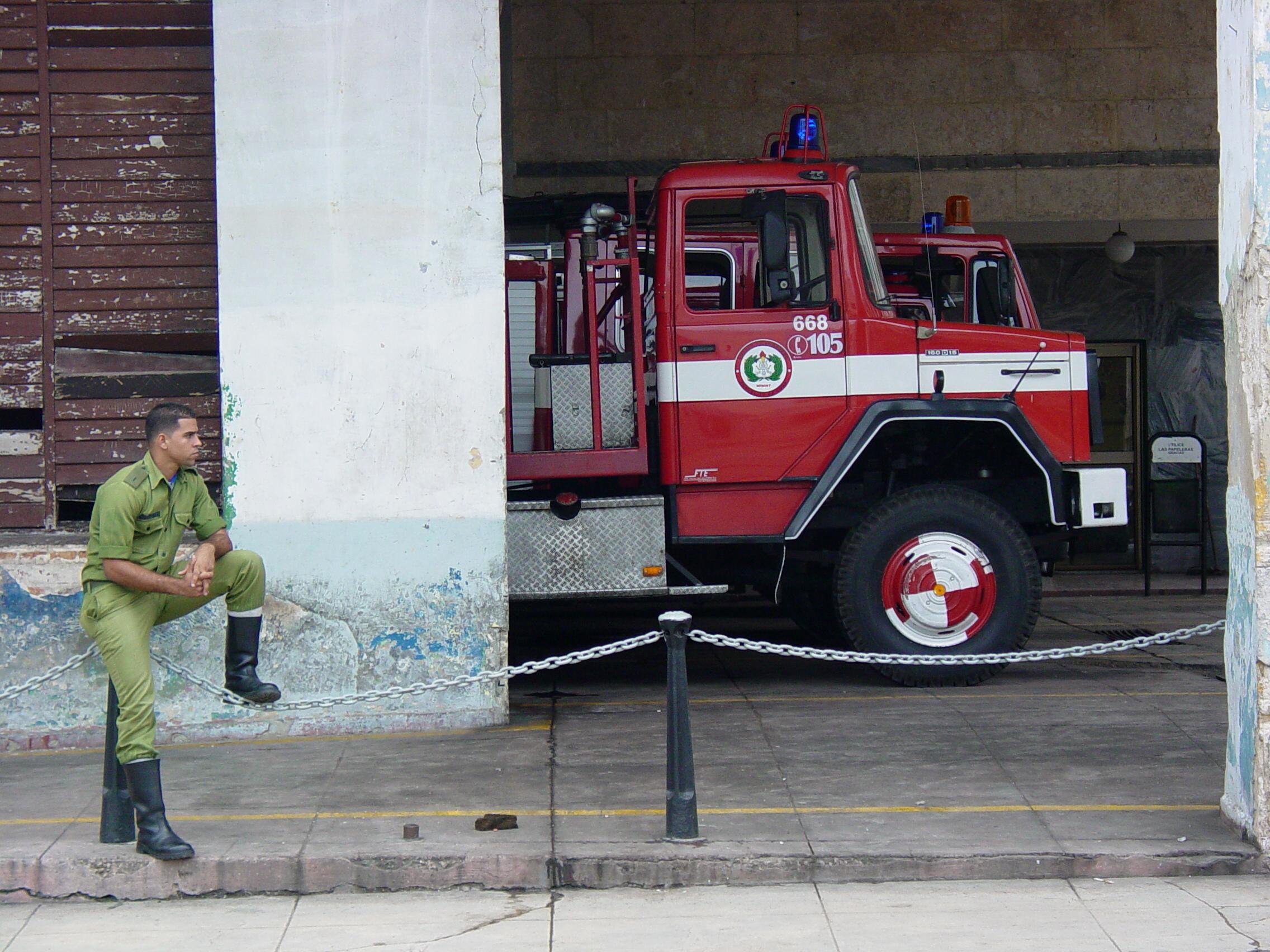 Description Fire Engine and Fireman - Habana Vieja - Havana - Cuba.JPG