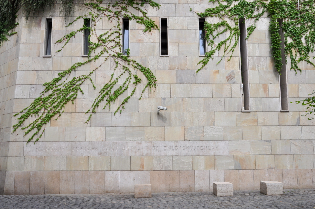 Holocaust_Museum,_Budapest_01.JPG (1200×797)