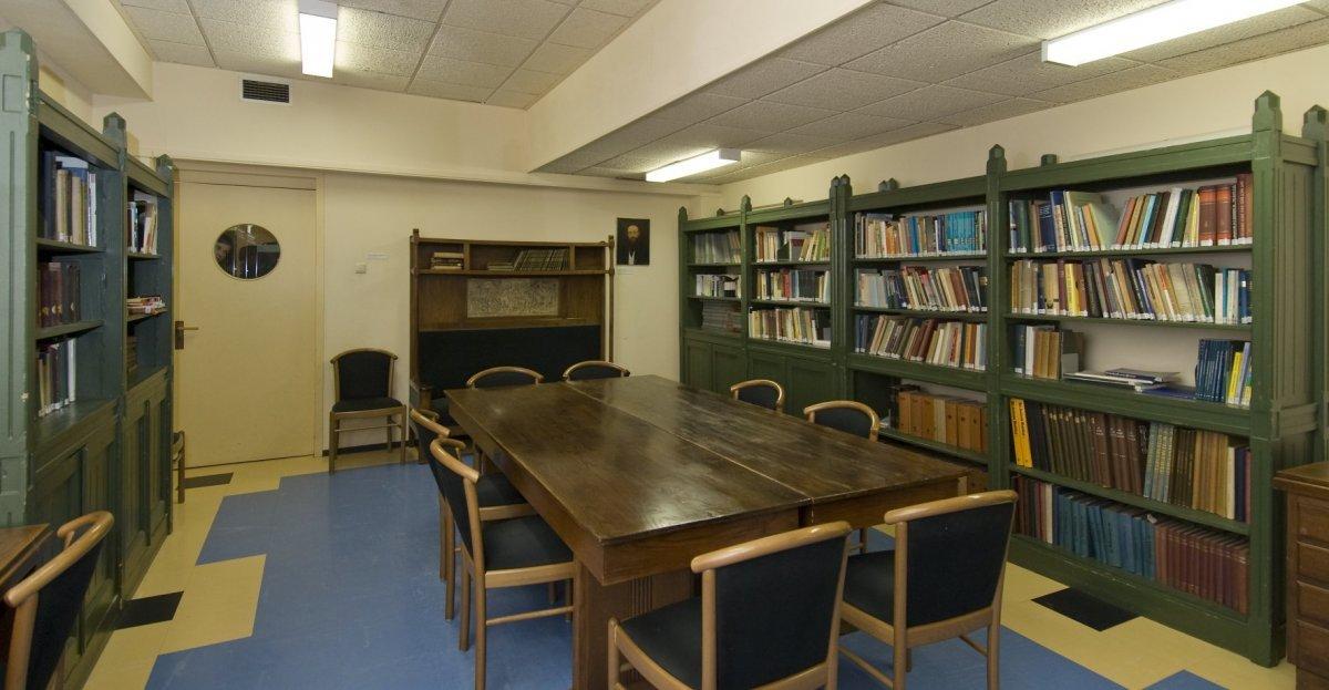 File interieur bibliotheek overzicht met divers meubilair van berlage boekenkasten bank met - Interieur bibliotheek ...