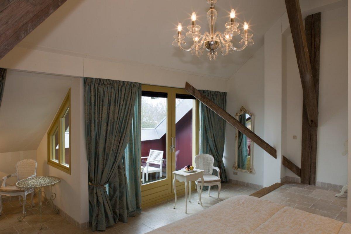 fileinterieur overzicht van hotelkamer op de eerste verdieping westerlee 20534135
