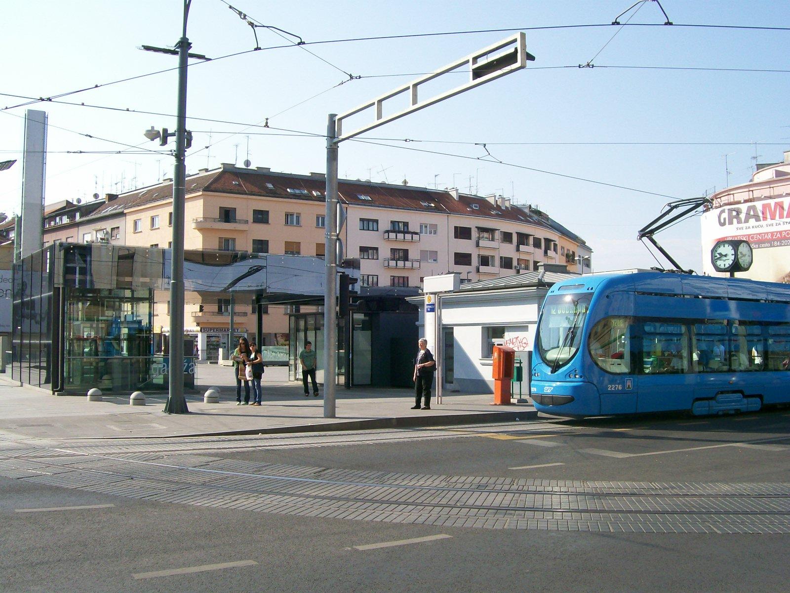 http://upload.wikimedia.org/wikipedia/commons/b/bd/Kvaternikov_trg_Zagreb.jpg