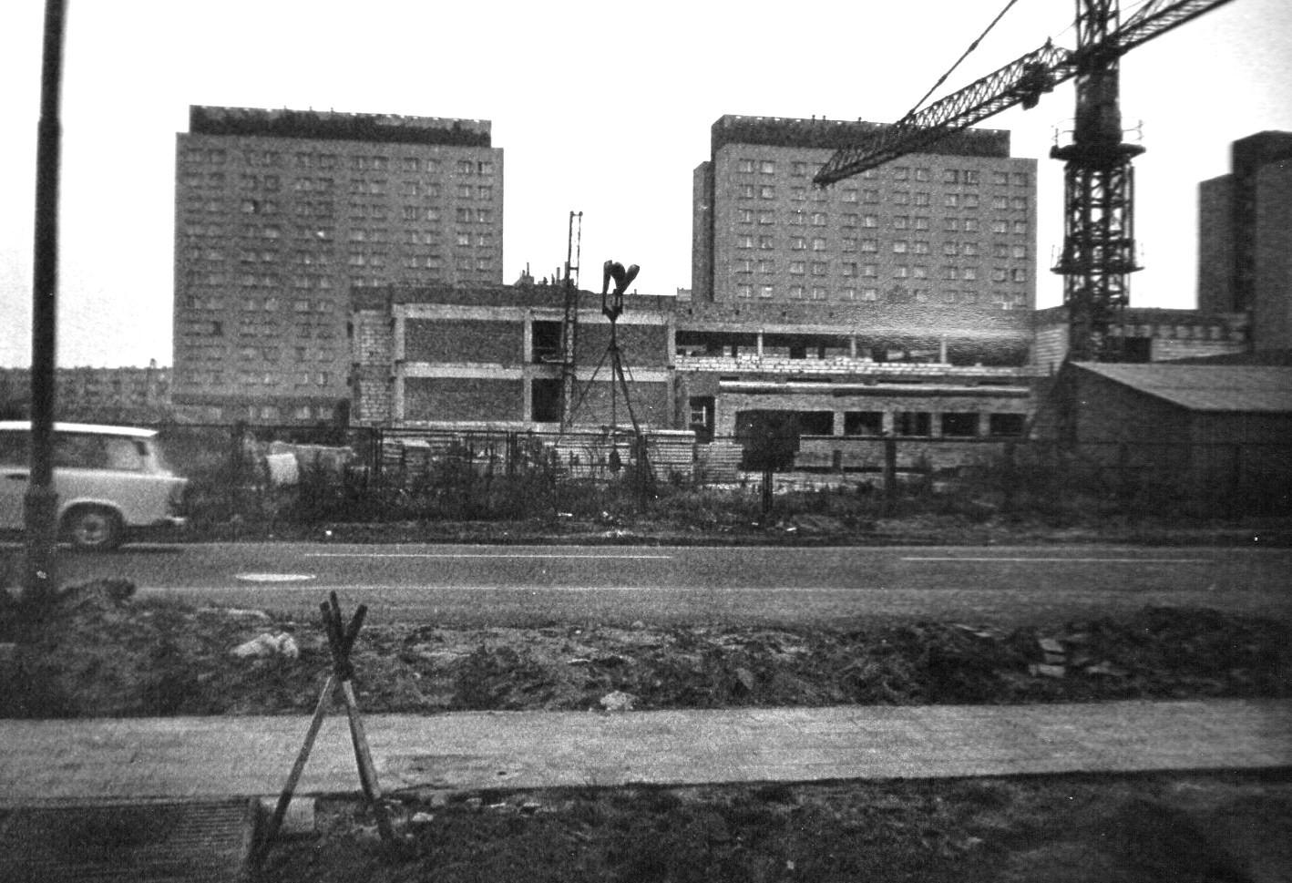 https://upload.wikimedia.org/wikipedia/commons/b/bd/Poznan%2C_ul._Piatkowska%2C_budowa_szpitala_UAM%2C_19.11.1989.jpg