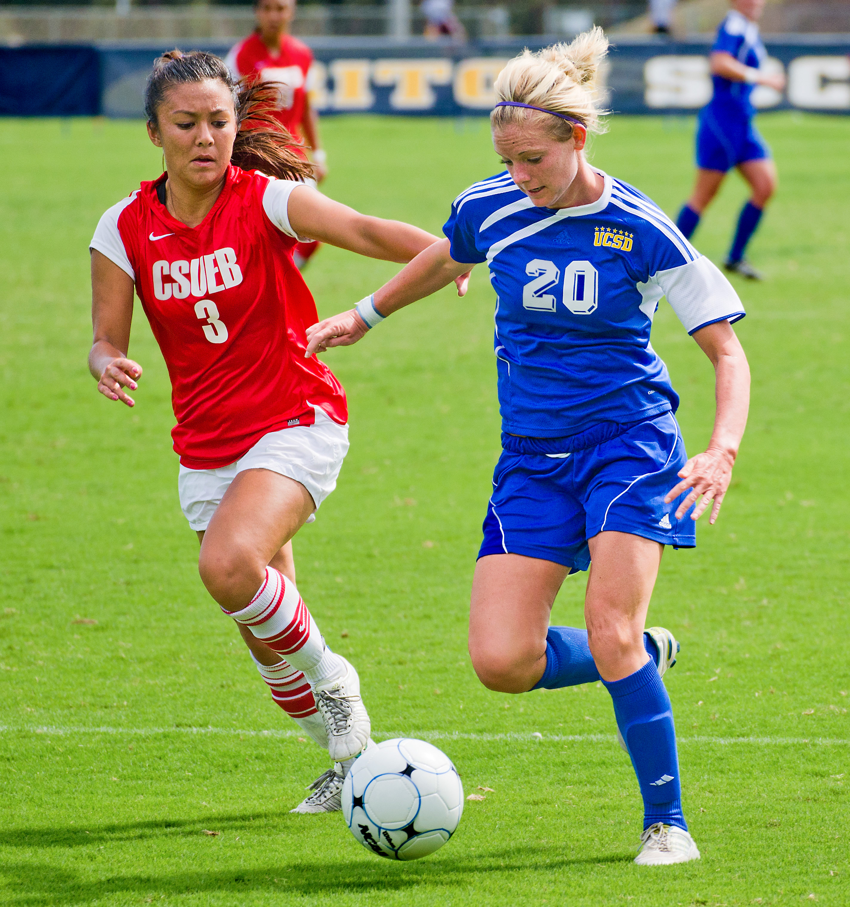 File:Sara Yamasaki, Alexa Enlow fighting over ball.jpg ...