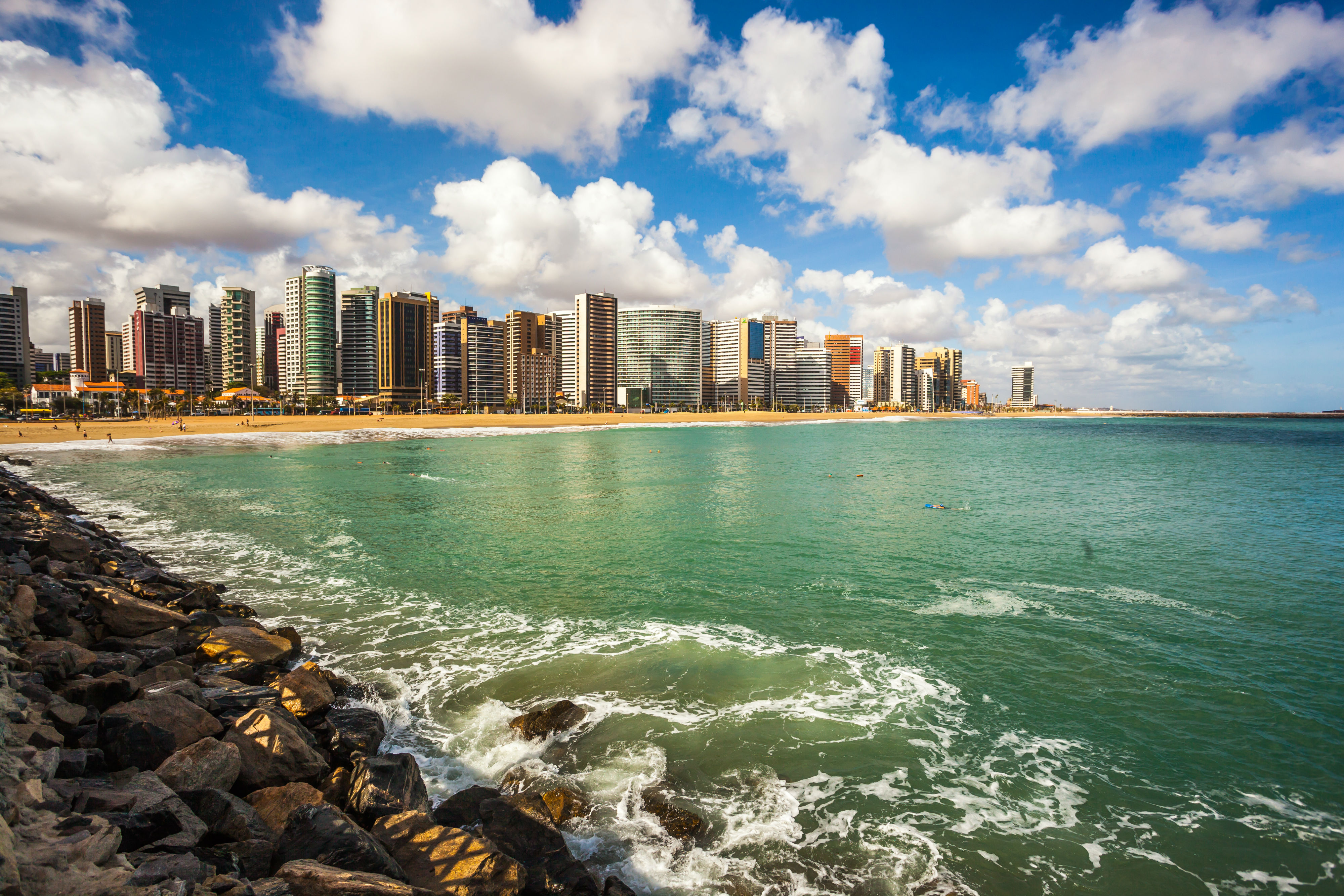 https://upload.wikimedia.org/wikipedia/commons/b/bd/Seashore_of_Fortaleza_(3).jpg