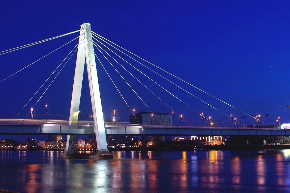 Severinsbrücke bei Nacht.jpg