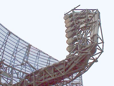 Array of multiple feed horns on a German airport surveillance radar antenna to control the elevation angle of the beam Stacked beam2.jpg