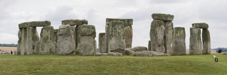 a history of stonehenge Stonehenge é un monumento neolítico e da idade de bronce situado preto de amesbury en wiltshire, inglaterra, a uns 13 km ao noroeste de salisbury.