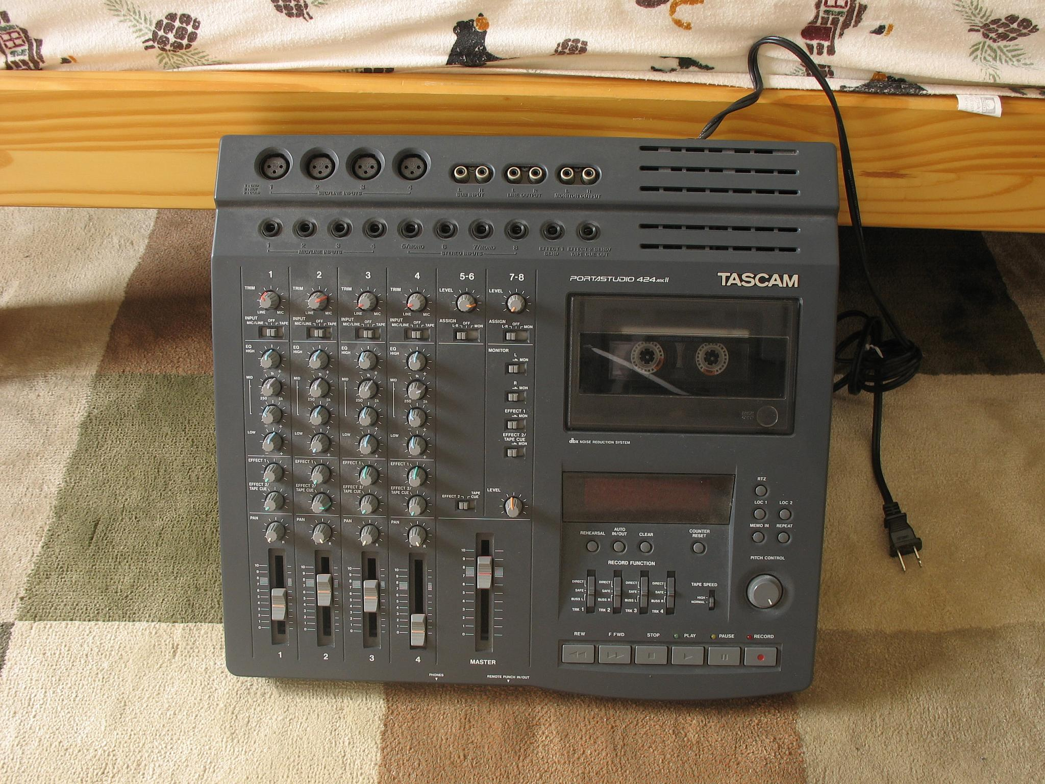 https://upload.wikimedia.org/wikipedia/commons/b/bd/Tascam_PortaStudio_424_MKII.jpg