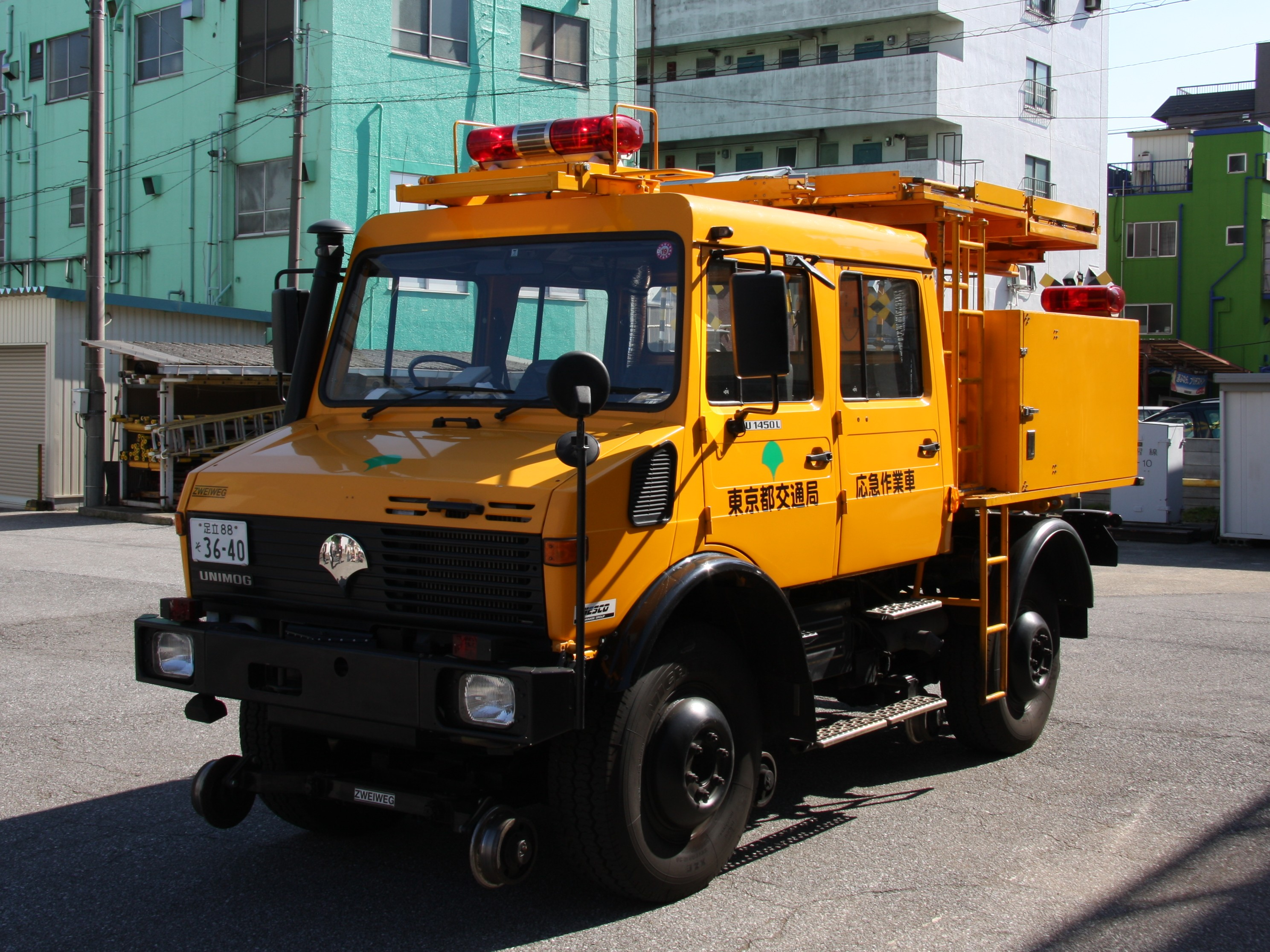 File:Tokyo Trams inspection vehicle - Mercedes-Benz UNIMOG ZWEIWEG.jpg - Wikimedia Commons