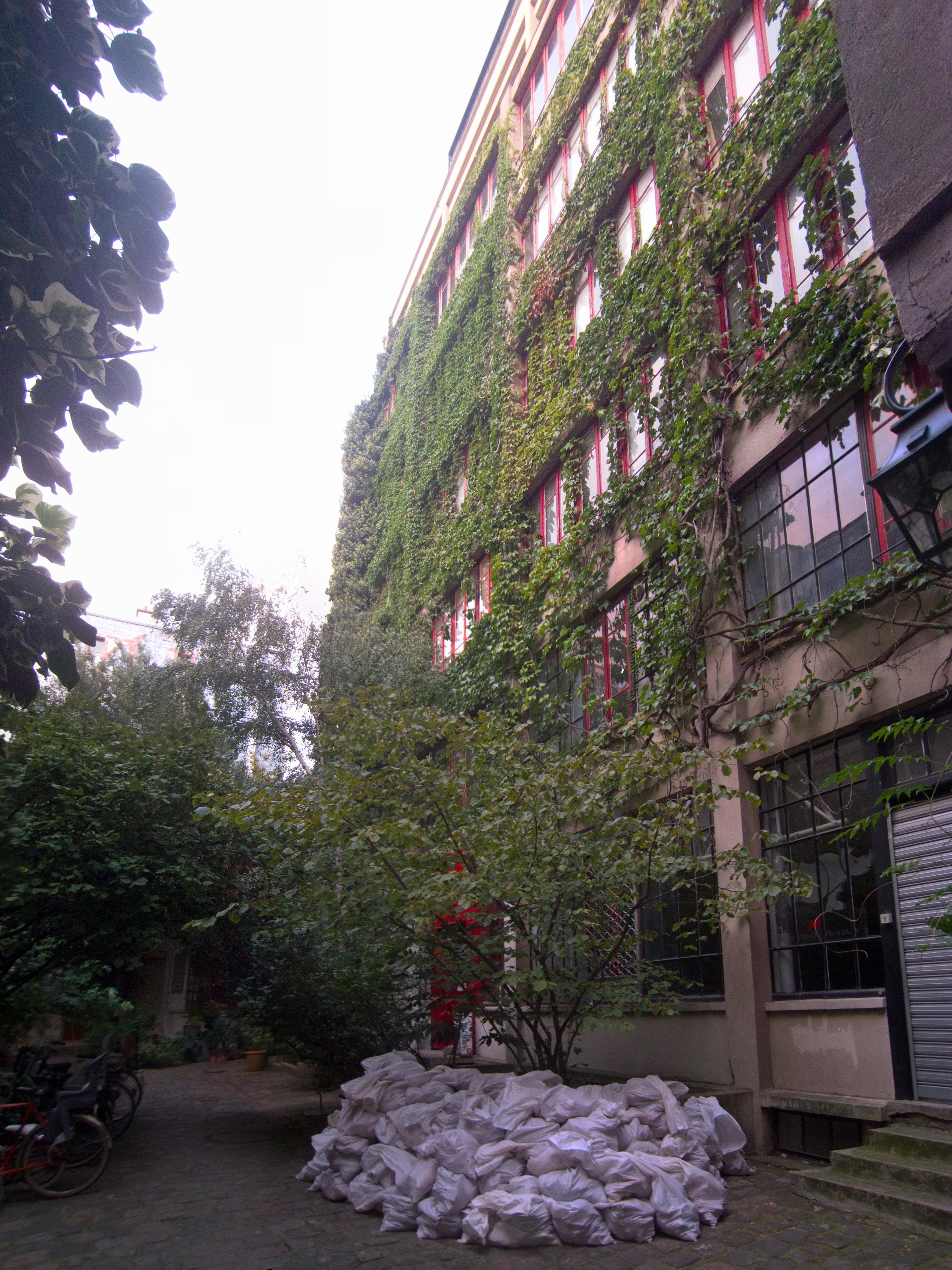 file 33 rue du faubourg saint antoine paris courtyard. Black Bedroom Furniture Sets. Home Design Ideas