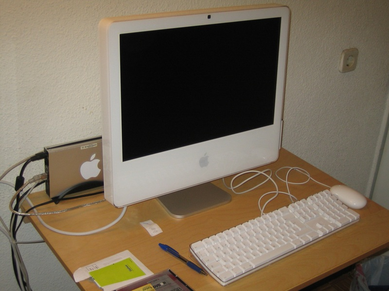 http://upload.wikimedia.org/wikipedia/commons/b/be/Apple_iMac_G5_with_iSight.jpg