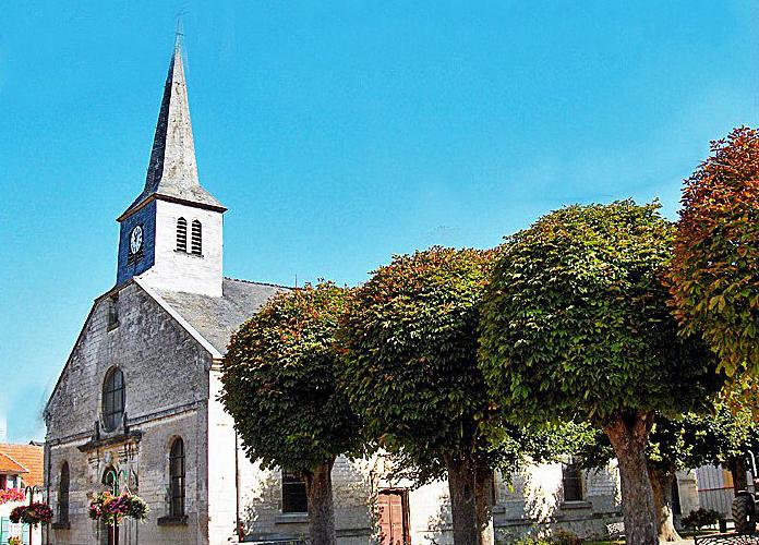 Avaux, église Notre-Dame, vue de la place