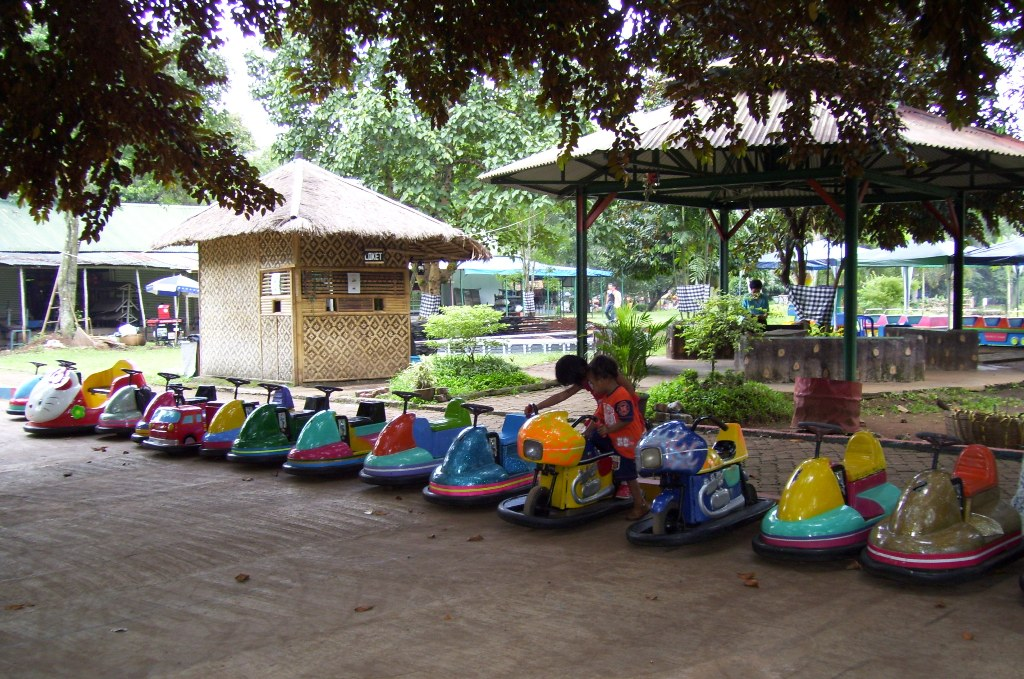 File Bom Bom Car Amusement Ride Ragunan Jpg Wikimedia