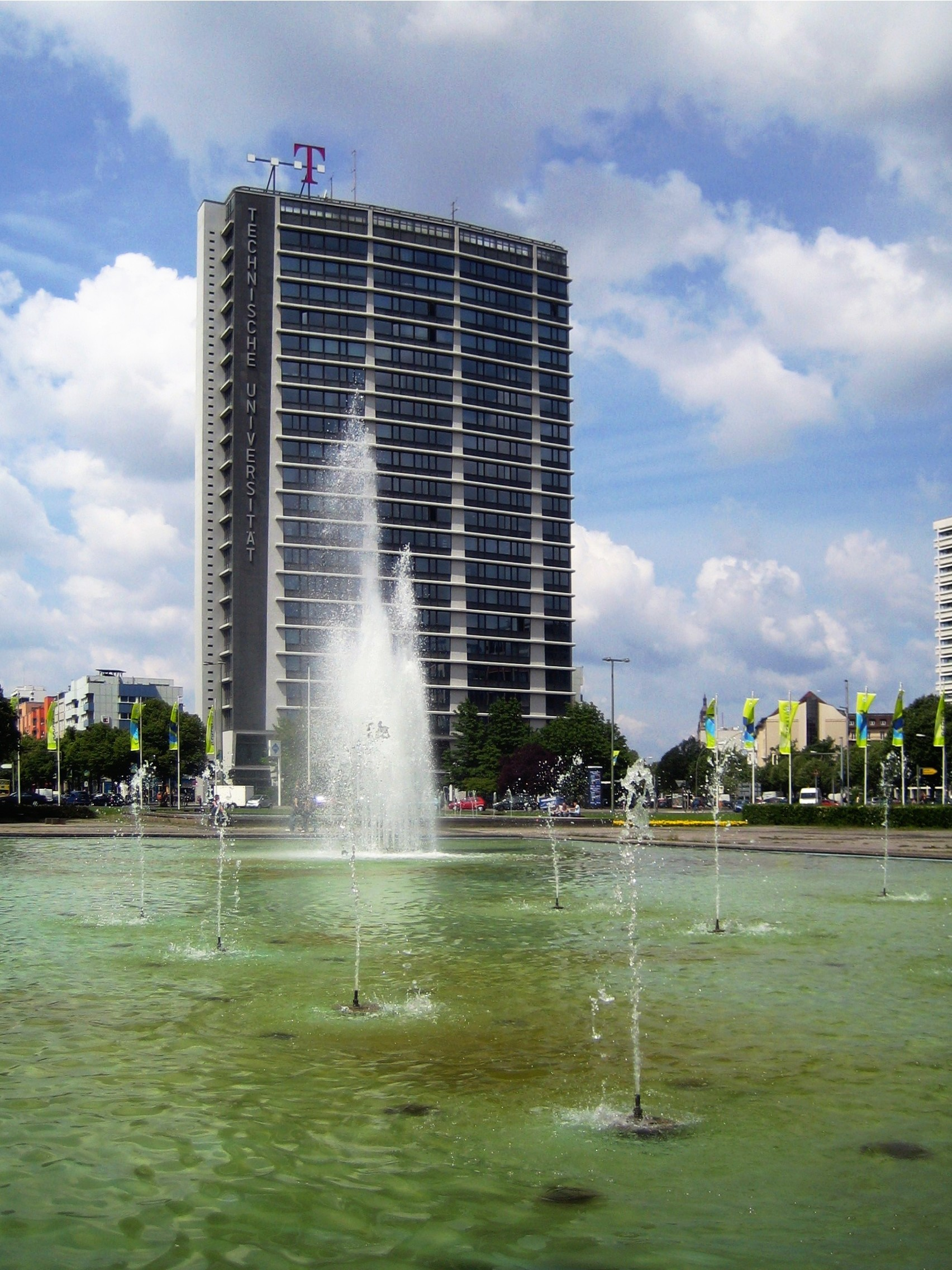 https://upload.wikimedia.org/wikipedia/commons/b/be/Brunnen_Berlin-Charlottenburg%2C_Ernst-Reuter-Platz%2C_2.jpg