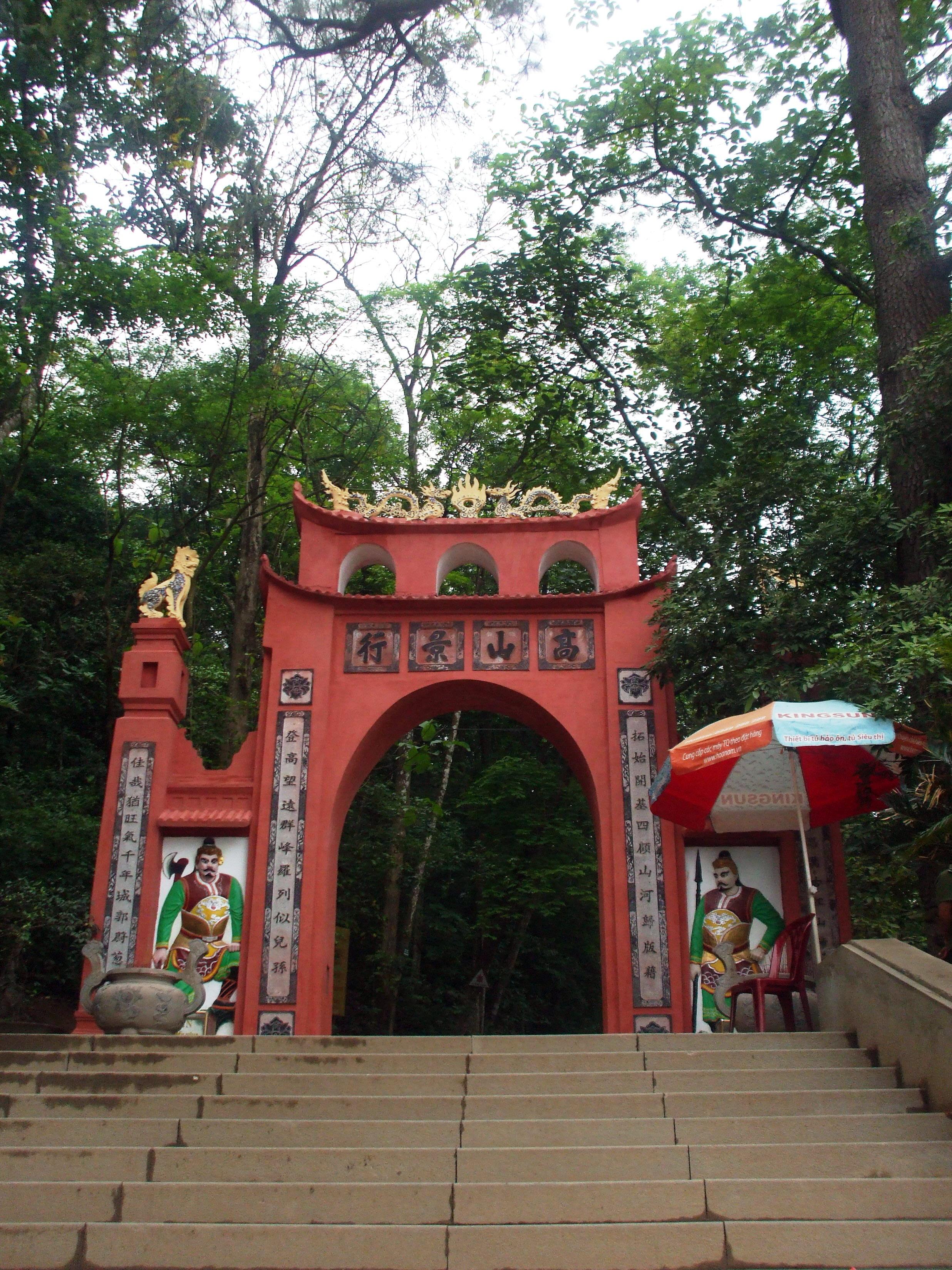 Tập tin:Cổng đền Hùng (Phú Thọ).jpg