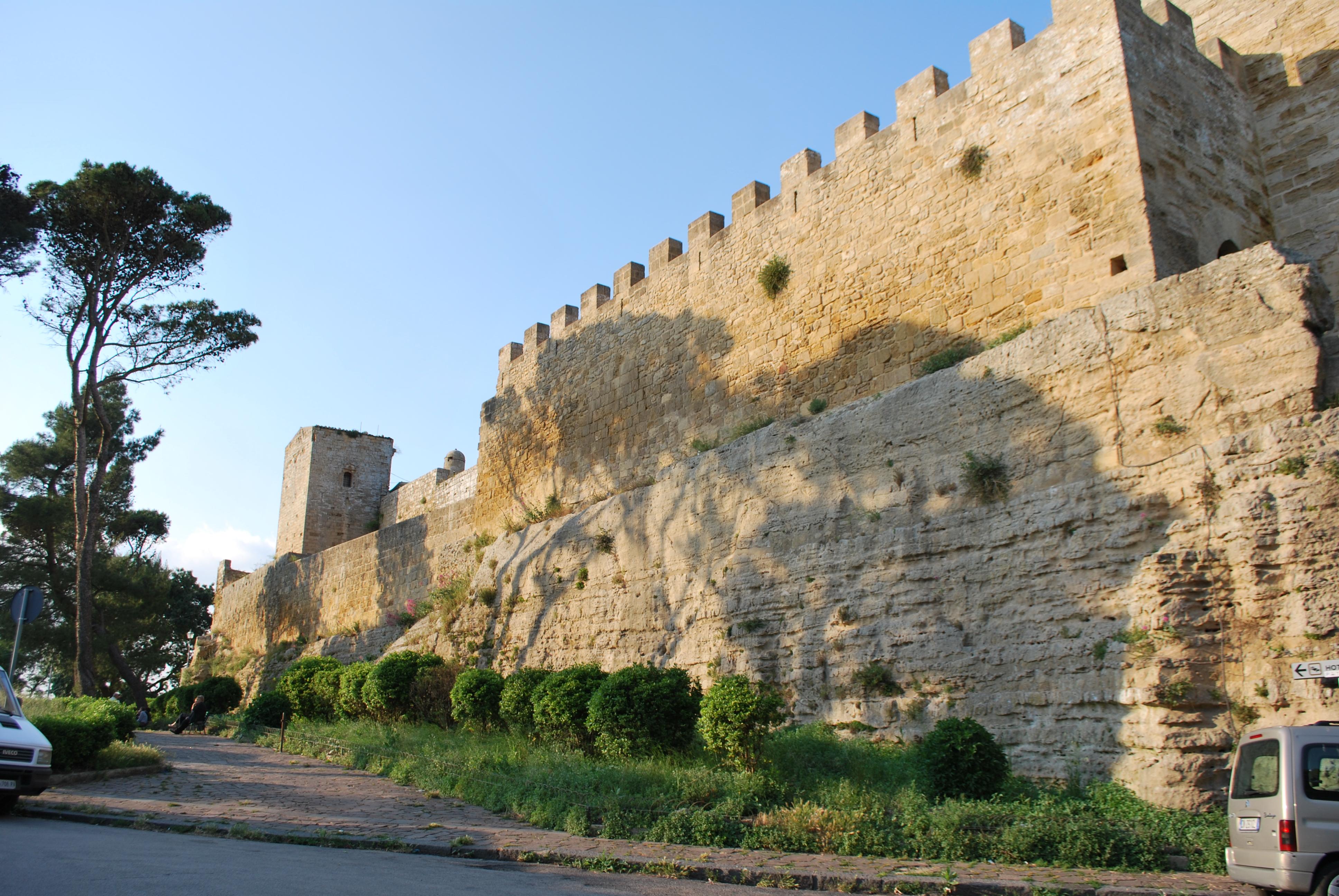 File:Castello di Lombardia (Enna) - Torre della Campana 2.jpg