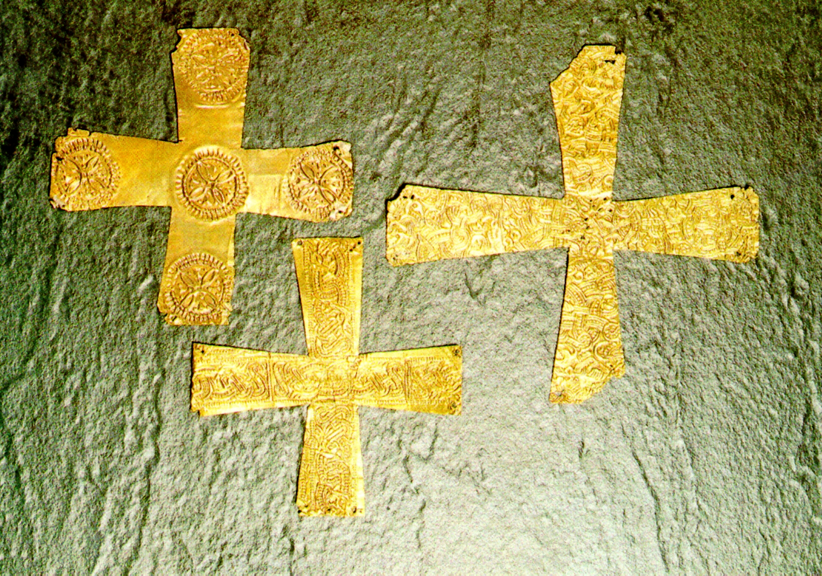 Bild 3: Kreuze in lombardischer Goldfolie geprägt, Civic Archaeological Museum of Bergamo (Autor: Giorces)