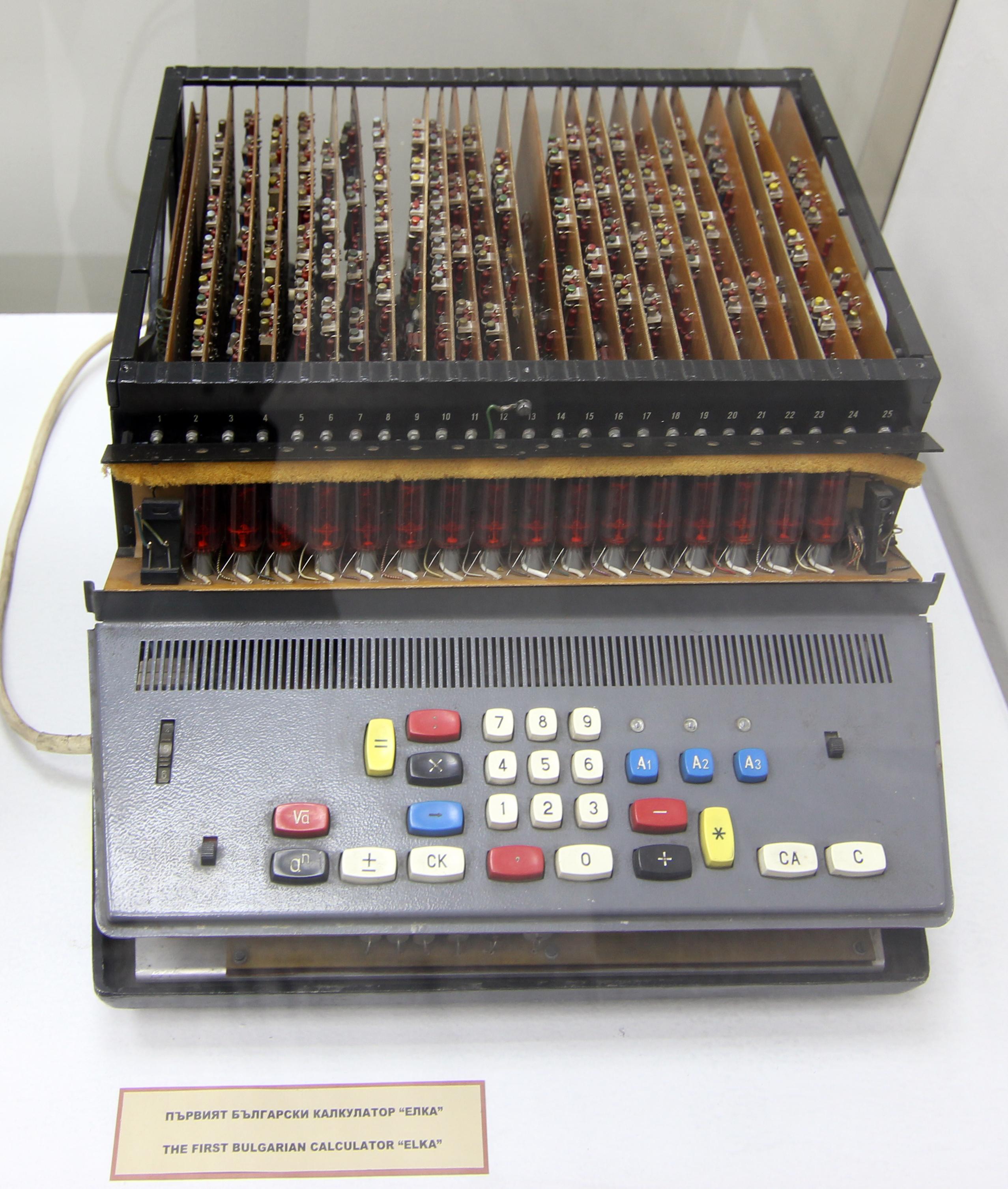 Първият български калкулатор Елка 6521, създаден през 1965 г. и произвеждан от 1967 г., първият калкулатор, който включва функция КоренуванеDate