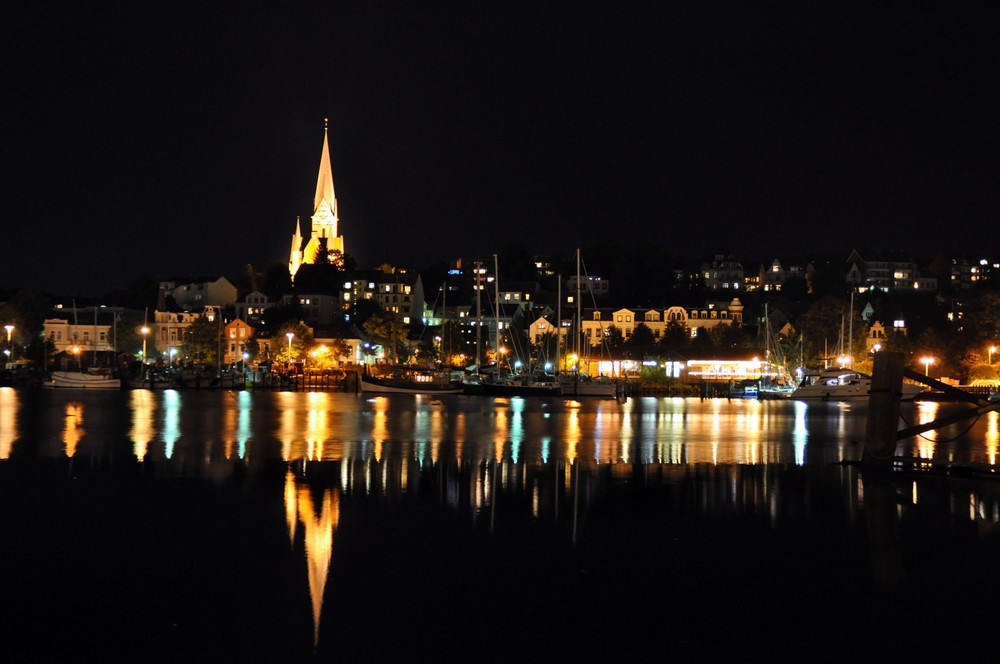 http://upload.wikimedia.org/wikipedia/commons/b/be/Flensburger_Hafen_bei_Nacht.jpg