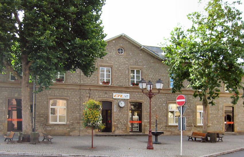 Bâtiment voyageurs et entrée de la gare d'Ettelbruck au Luxembourg.