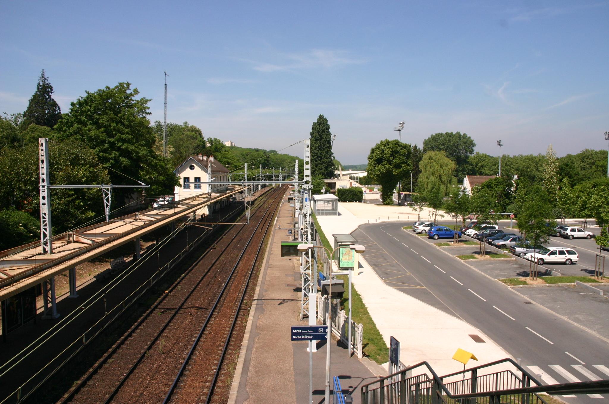 https://upload.wikimedia.org/wikipedia/commons/b/be/Gare_de_Evry_IMG_4651.JPG