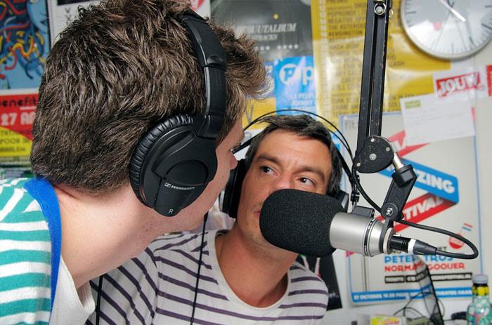 """Bestand:Haarlem 105 radio dj's Wessel van Opstal en Remco Rhee tijdens Wereldrecord in de categorie """"Muziekprogramma op de radio in teampresentatie.jpg"""