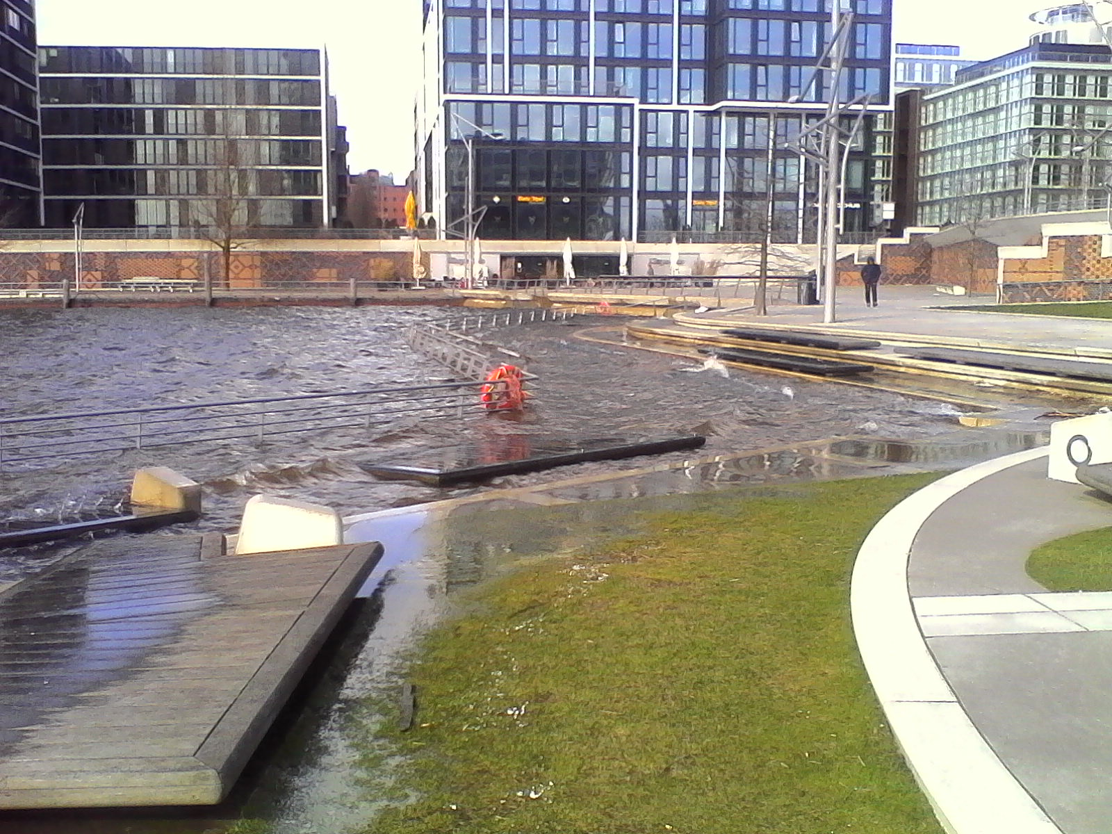 File:Hamburg Marco-Polo-Terrassen Hochwasser 2.jpg - Wikimedia Commons