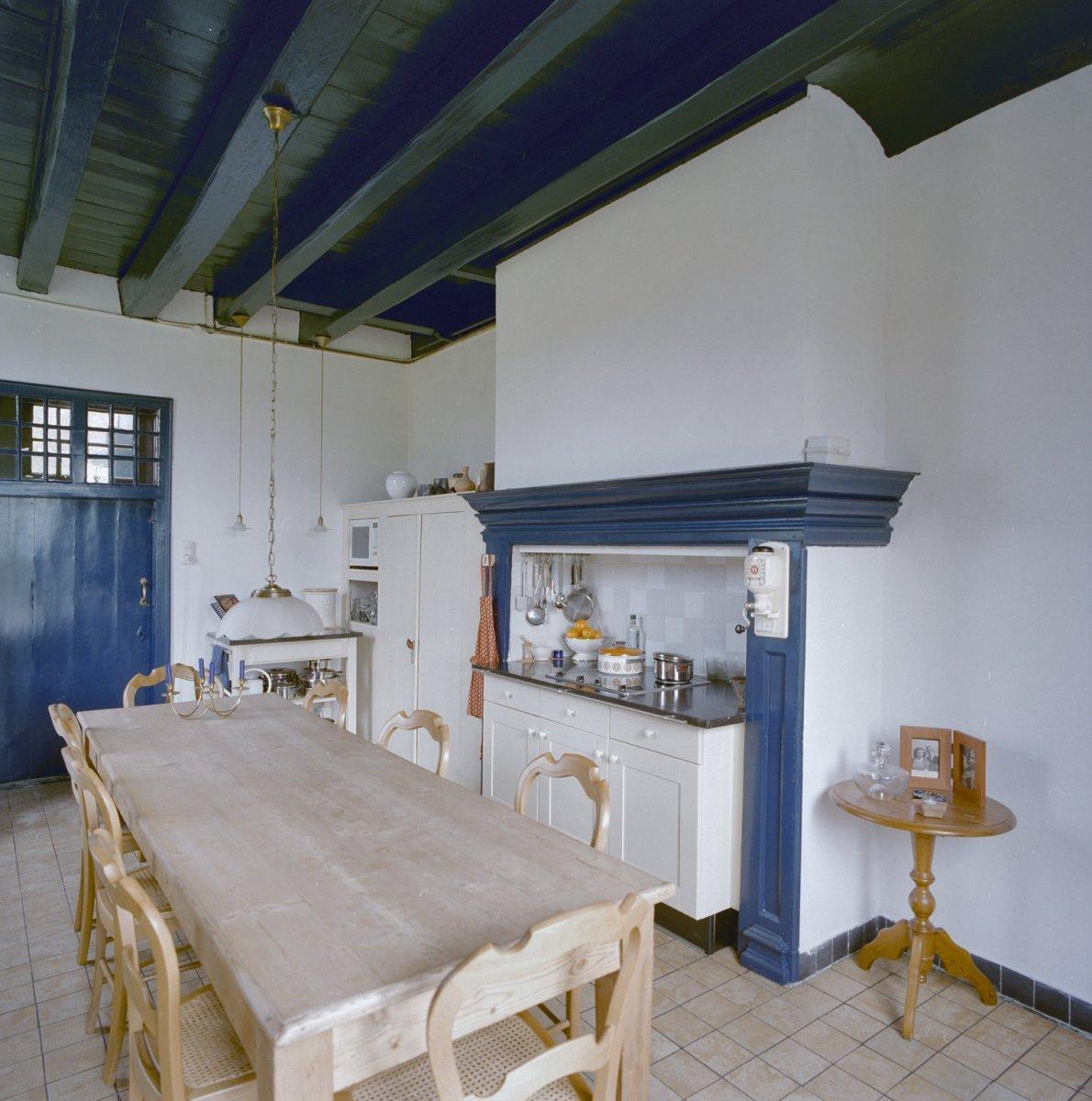 File interieur overzicht keuken met houten balken plafond en schouw breda 20332399 rce - Plafond met balk ...