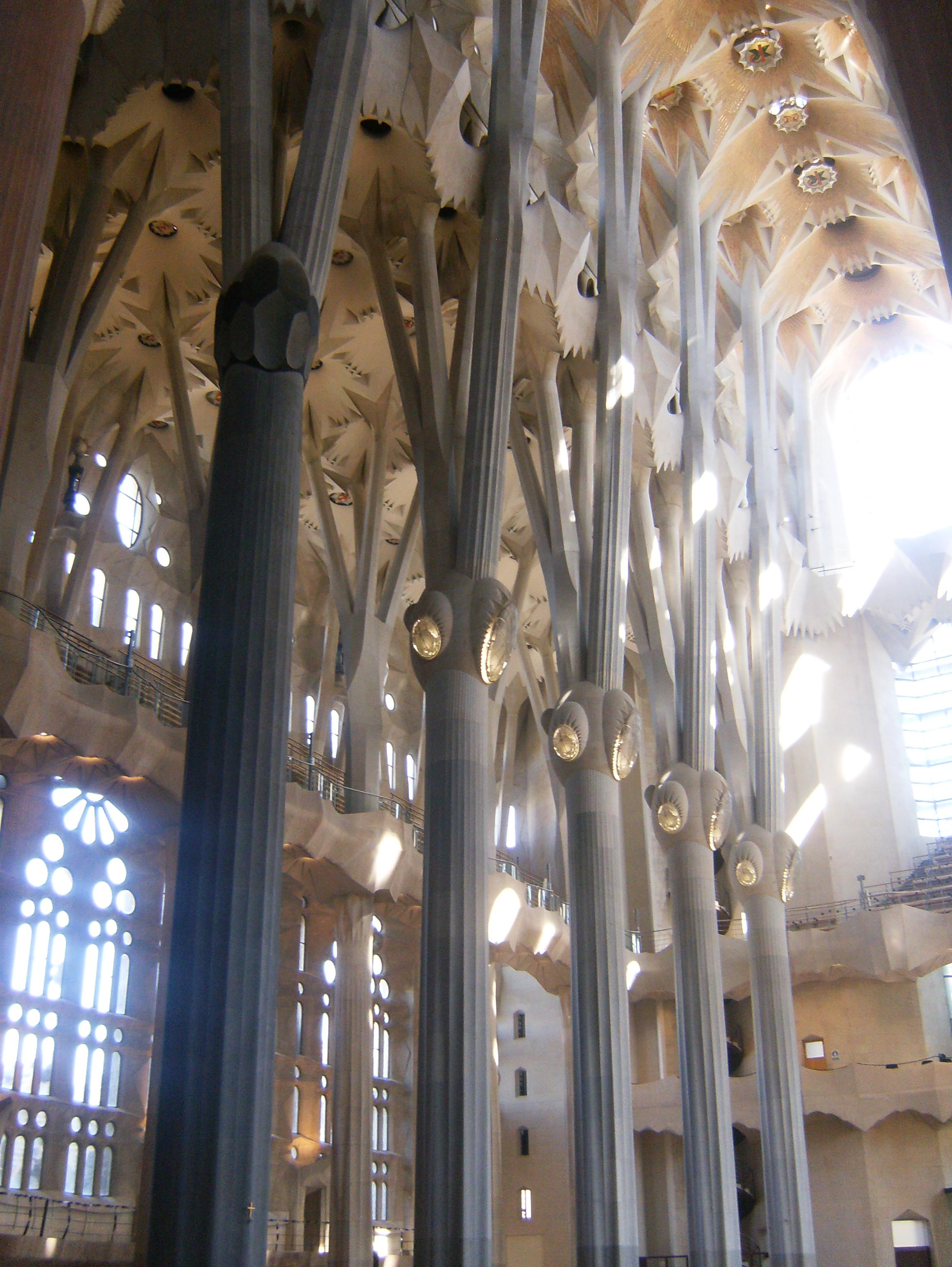 File:Interior del templo de la Sagrada Familia de Barcelona.jpg ...