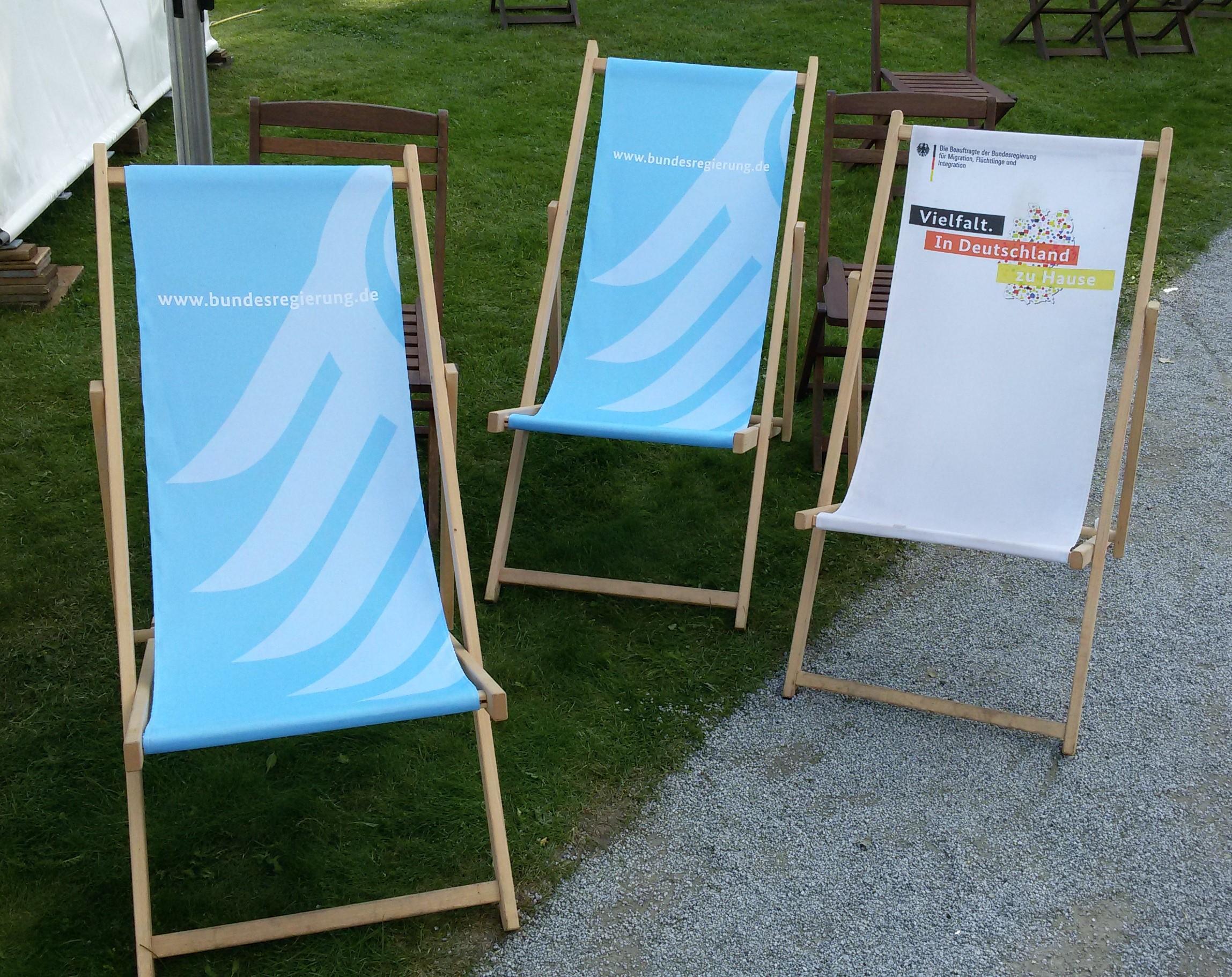 Liegestühle  File:Liegestühle im Kanzlerpark, August 2017.jpg - Wikimedia Commons