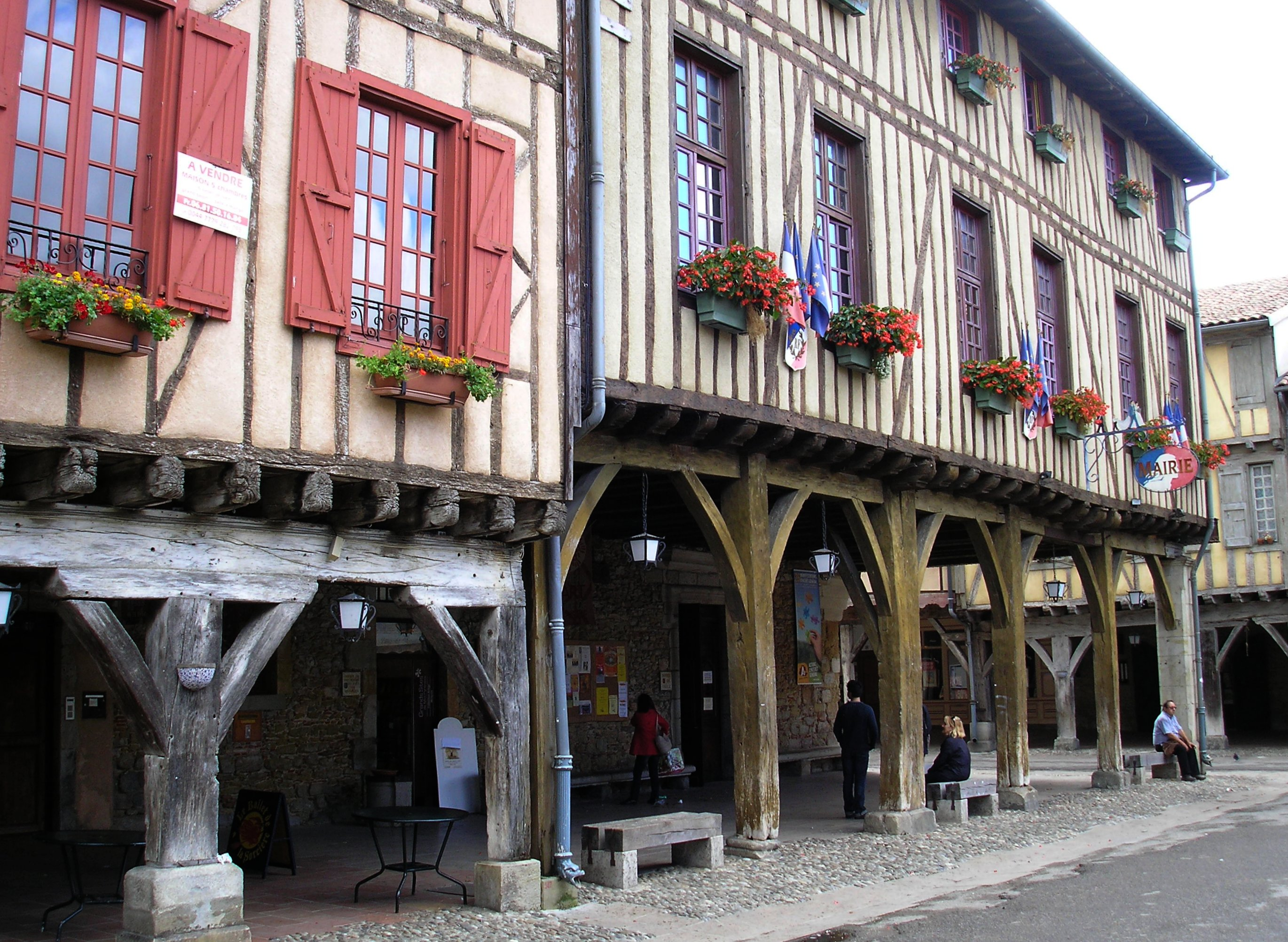 https://upload.wikimedia.org/wikipedia/commons/b/be/Mirepoix,_France,_24_September_2012_(12).jpg