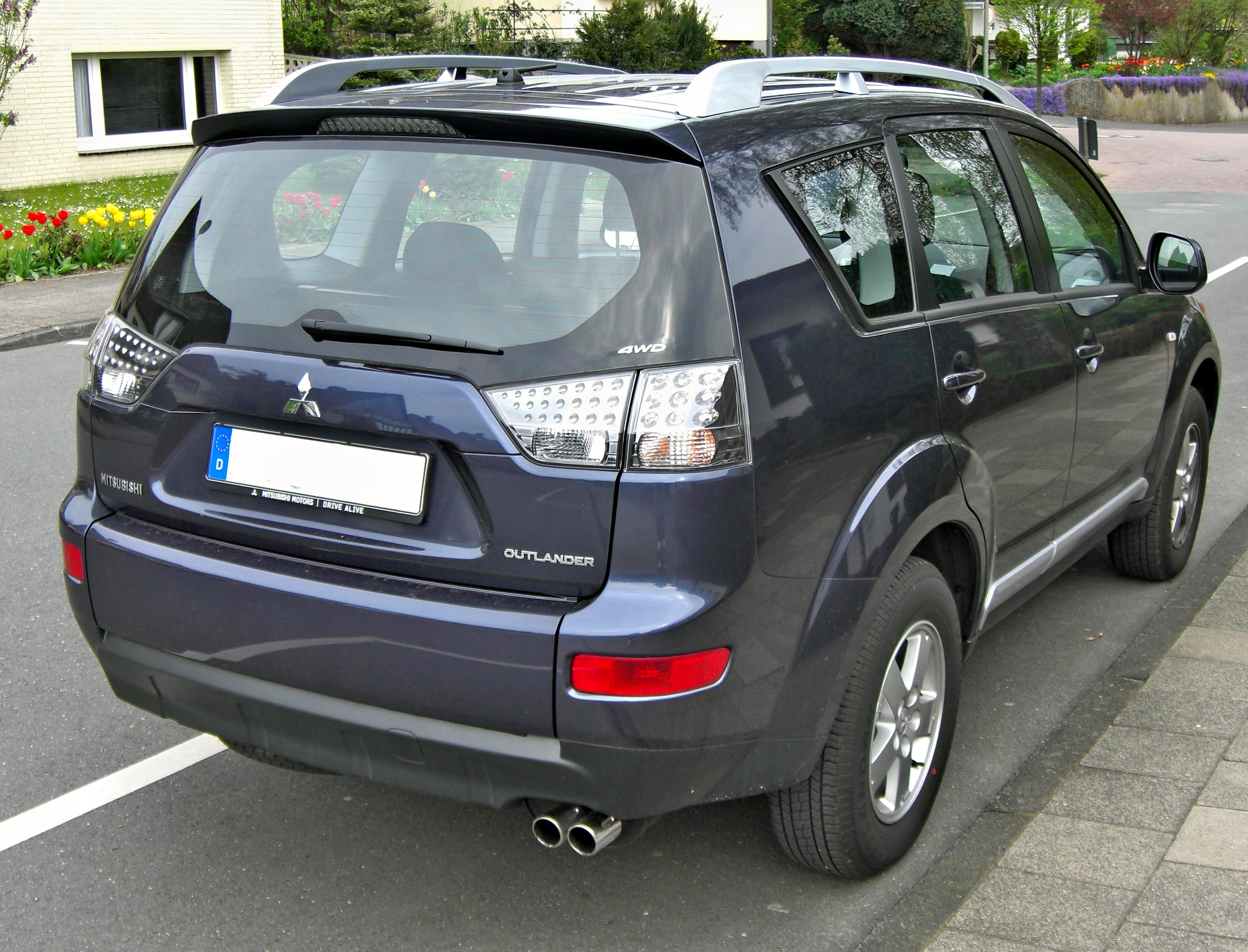 Mitsubishi_Outlander_Facelift_rear.jpg