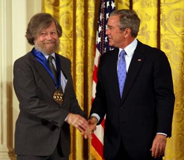Morten Lauridsen ontvangt de National Medal of Arts uit handen van president George W. Bush in 2007