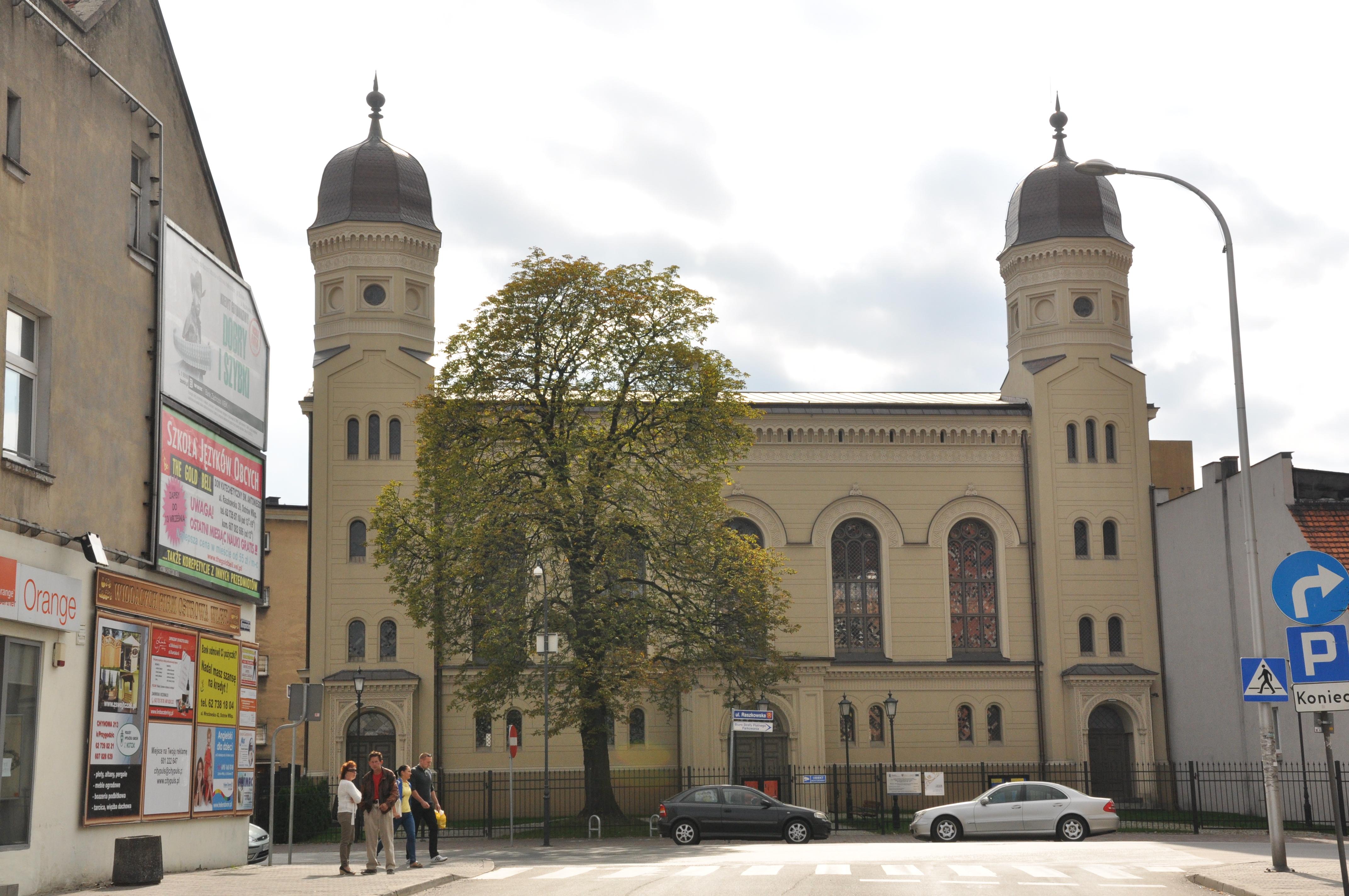 https://upload.wikimedia.org/wikipedia/commons/b/be/Ostrow_Wielkopolski_ul.Raszkowska-Synagoga_z_lat_1857-1860-434_A4.JPG