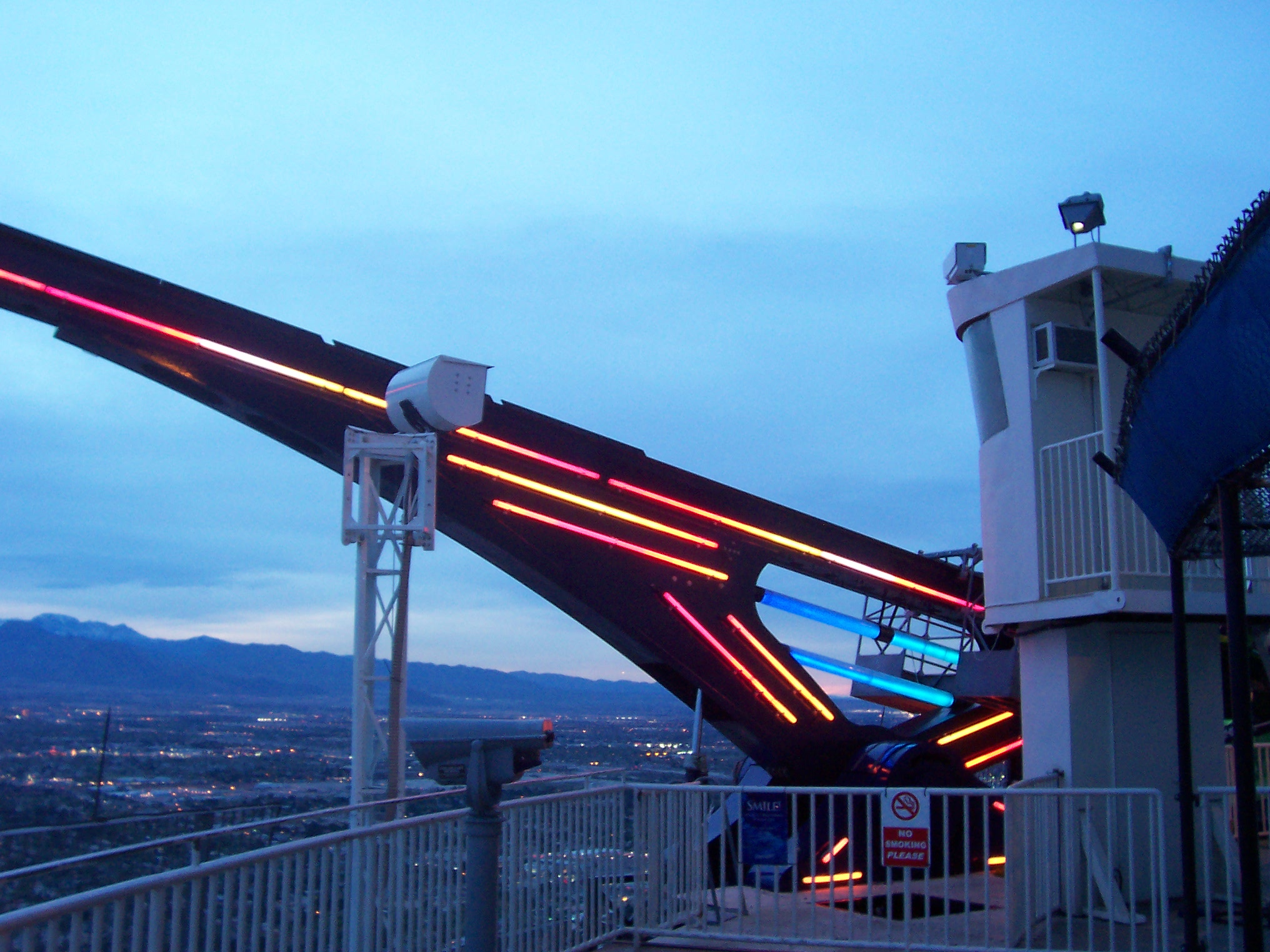 File:X-Scream ride at Stratosphere.jpg - Wikimedia Commons