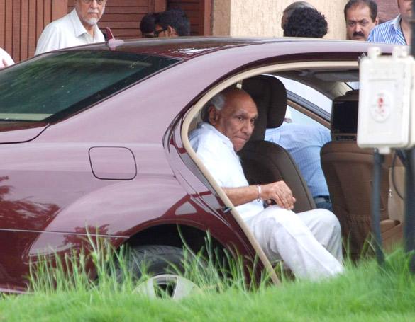 File:Yash Chopra visits Rajesh Khanna's home Aashirwad 12.jpg