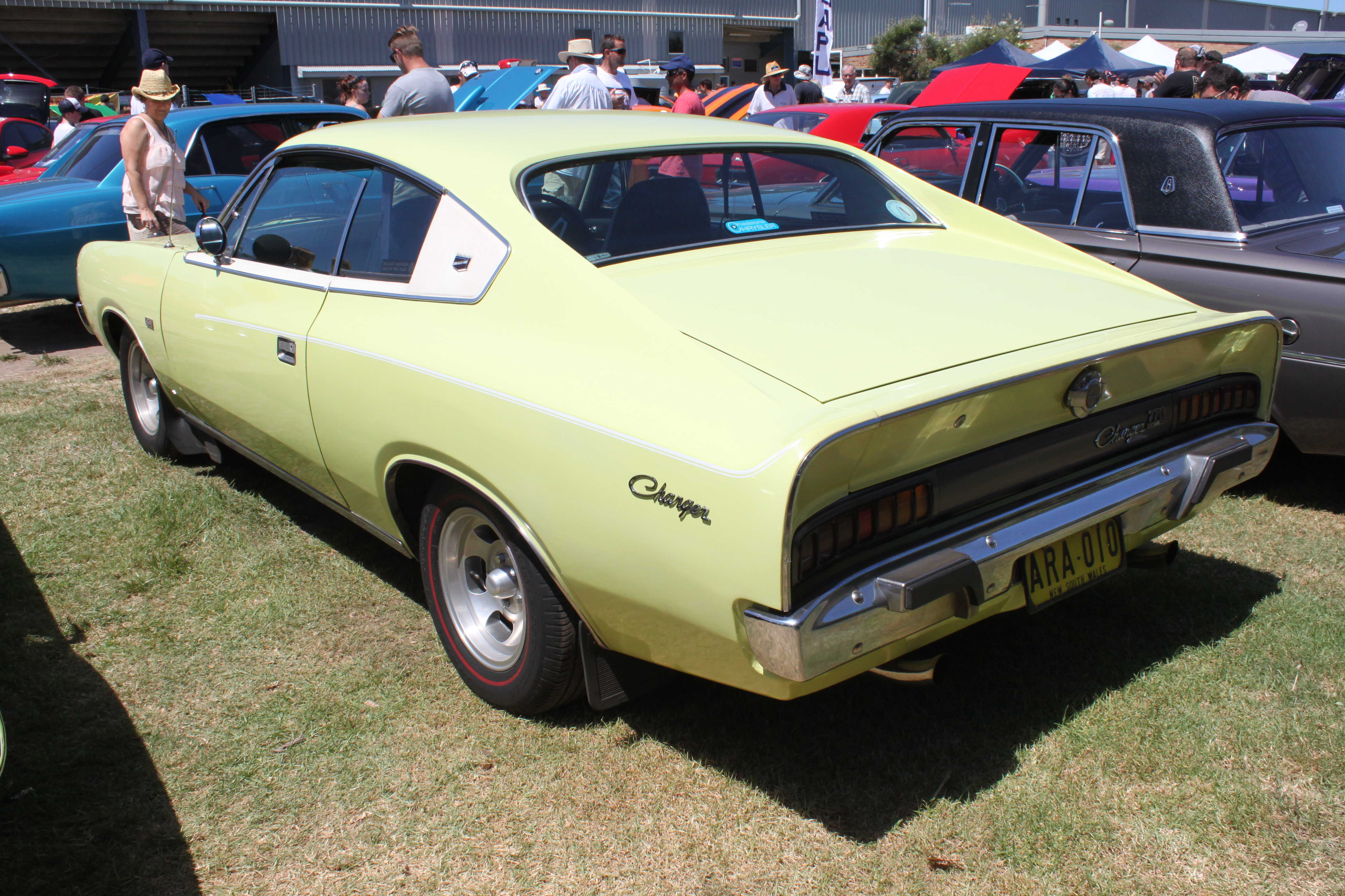 1971_Chrysler_Valiant_%28VH%29_Charger_7