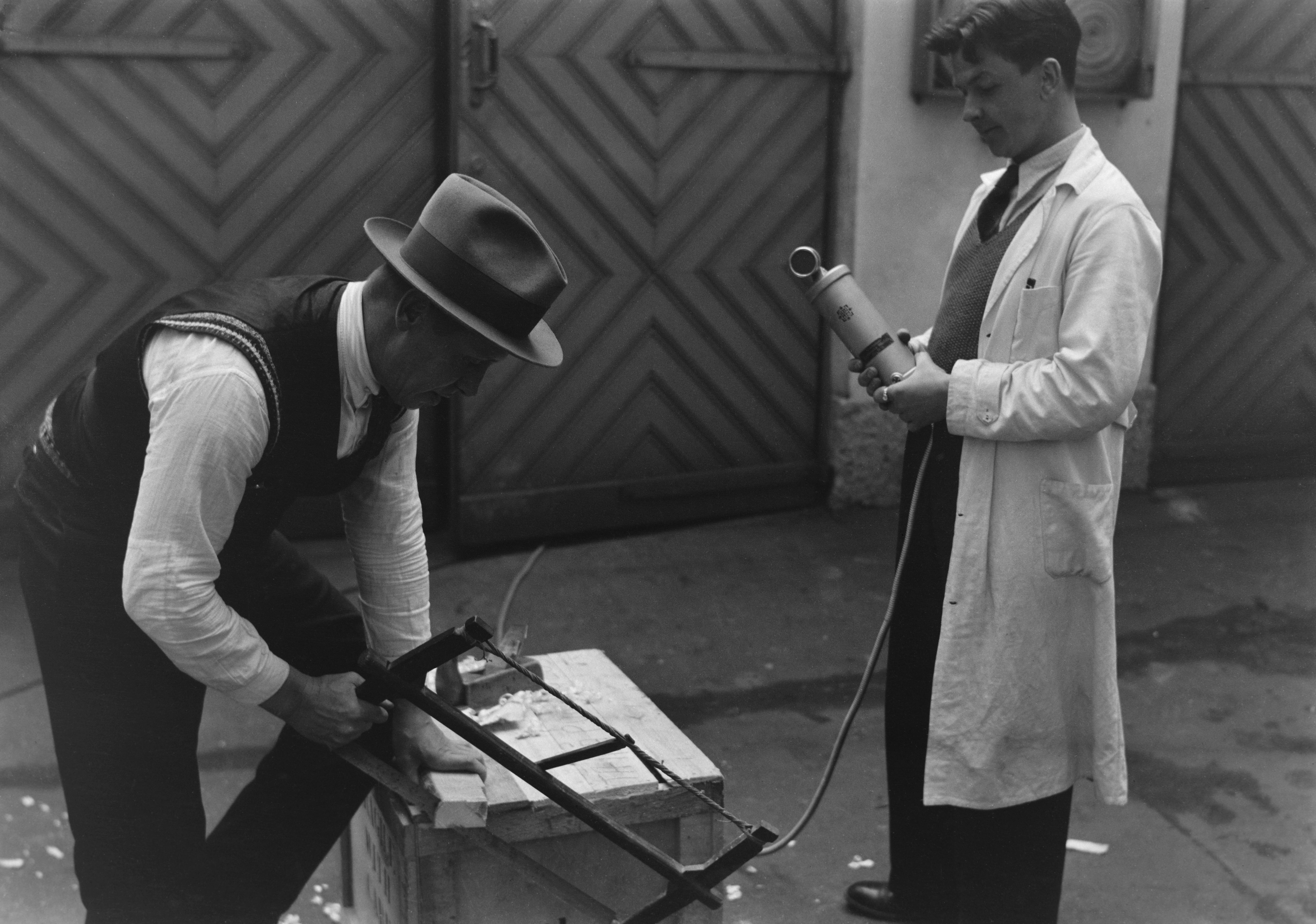 File:A man is recording sound effects, 1930s jpg - Wikimedia